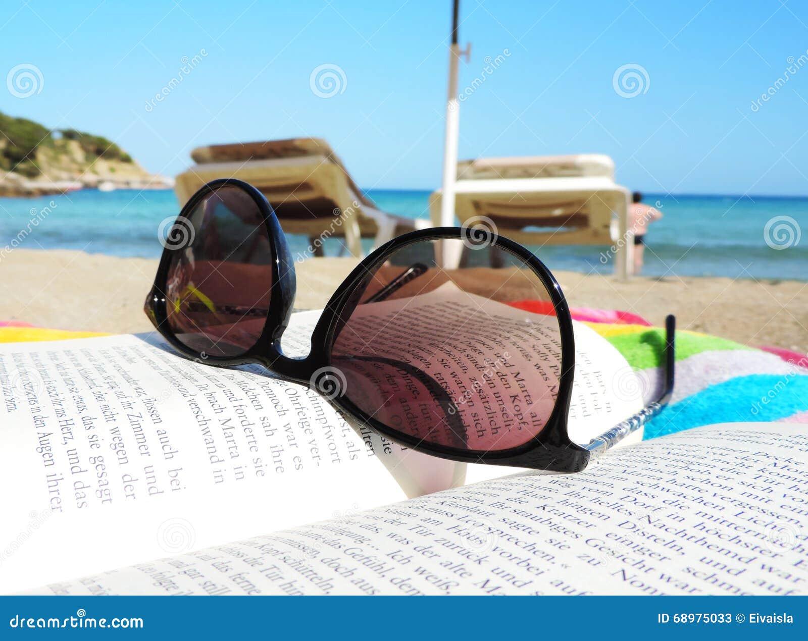 Gafas de sol y libro