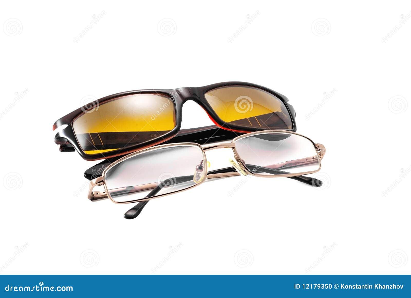 Gafas de sol y vidrios de lectura aislados