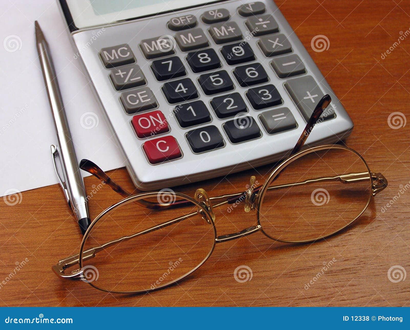 Gafas y calculadora