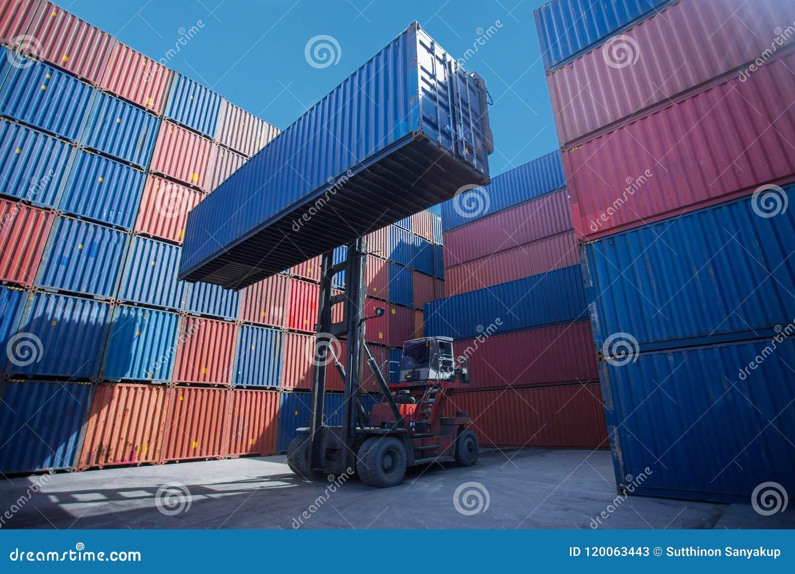 Gaffeltrucklyftande lastbehållare i sändande gård eller skeppsdockagård mot soluppgånghimmel för trans.import