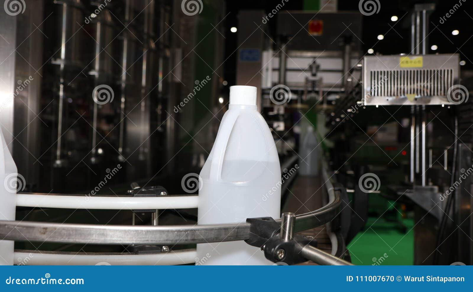Galão do polietileno na máquina de etiquetas do transporte