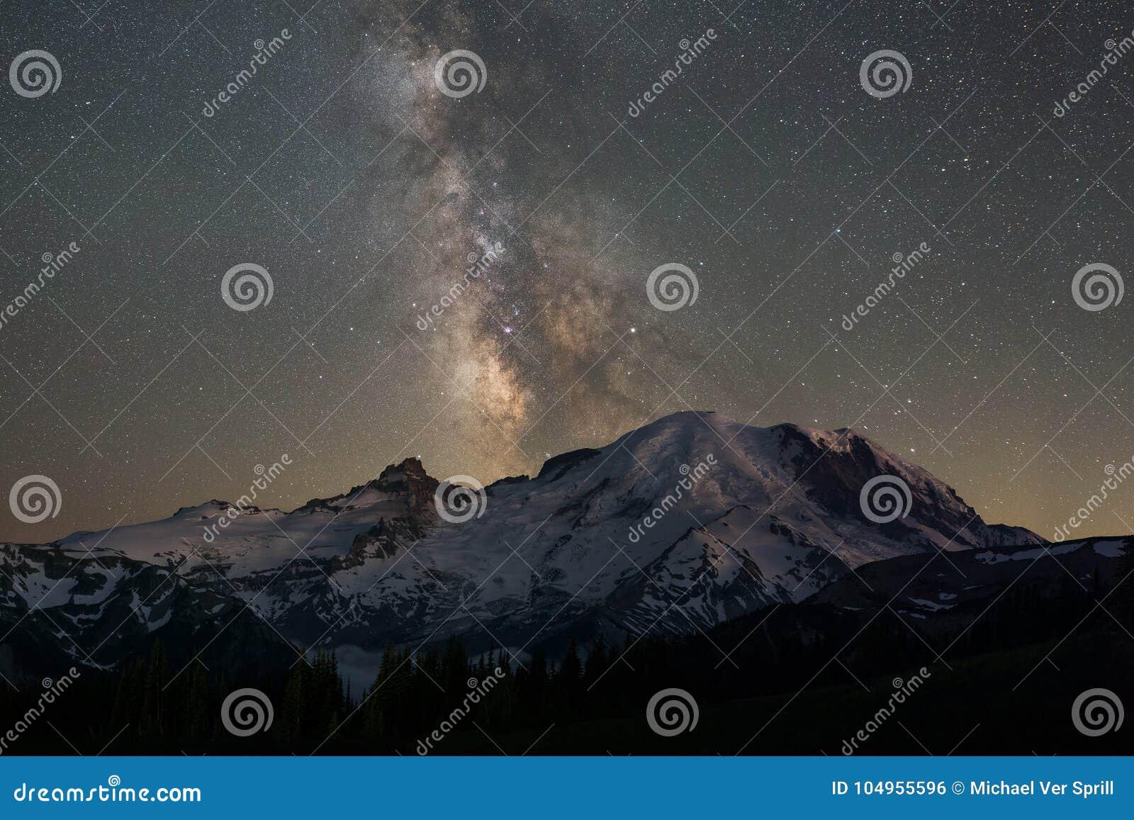 Galassia della Via Lattea dietro il monte Rainier