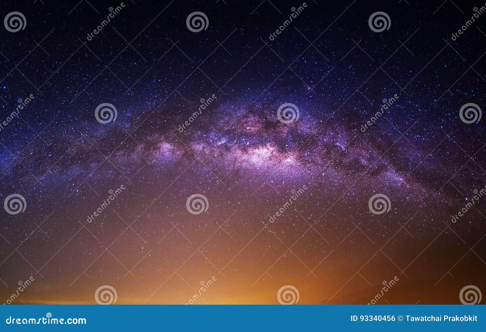 Galassia della Via Lattea sopra la montagna alla notte, montagna di Deogyusan in Corea