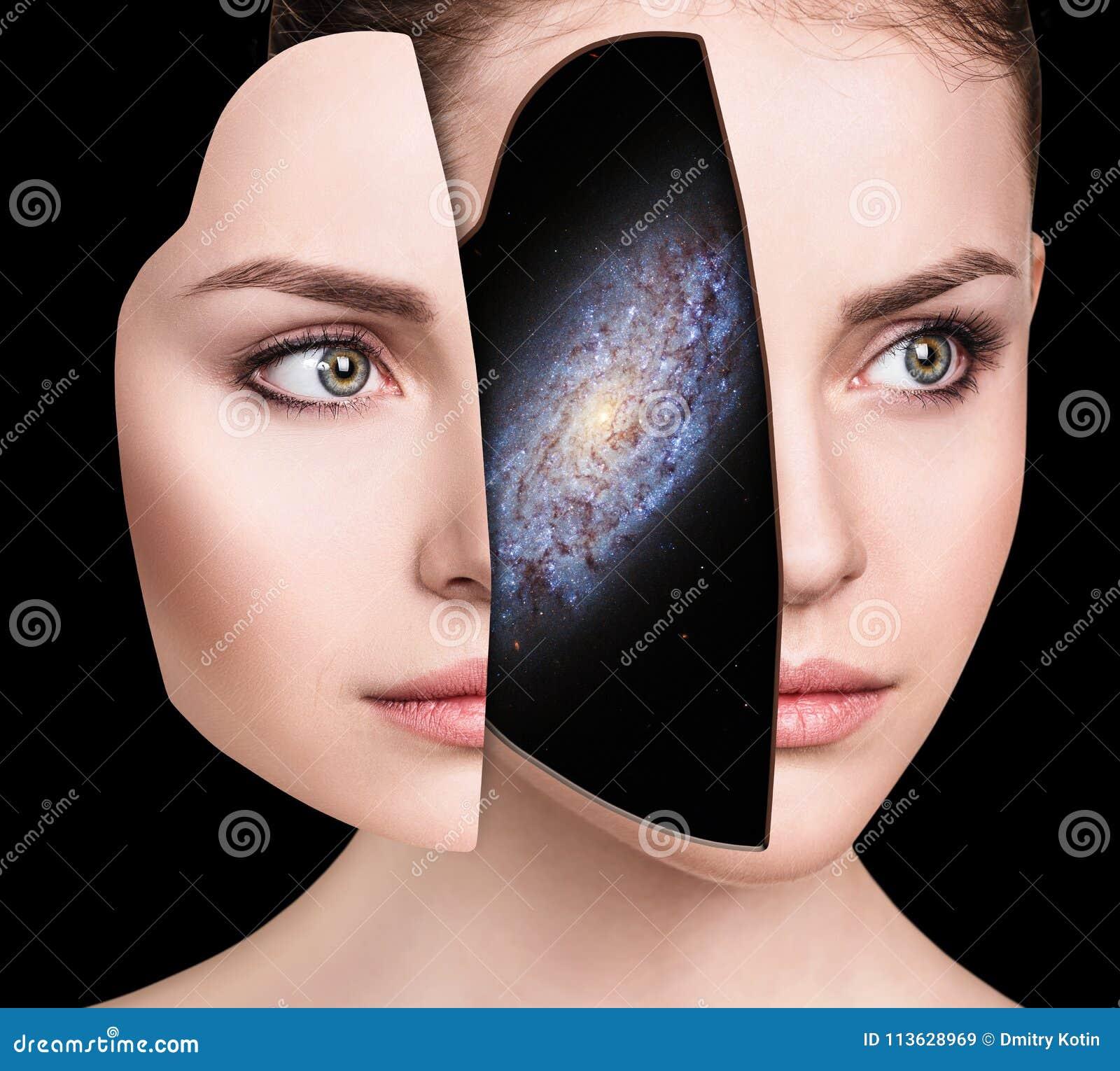 Galassia mistica dentro la testa del ` s della donna