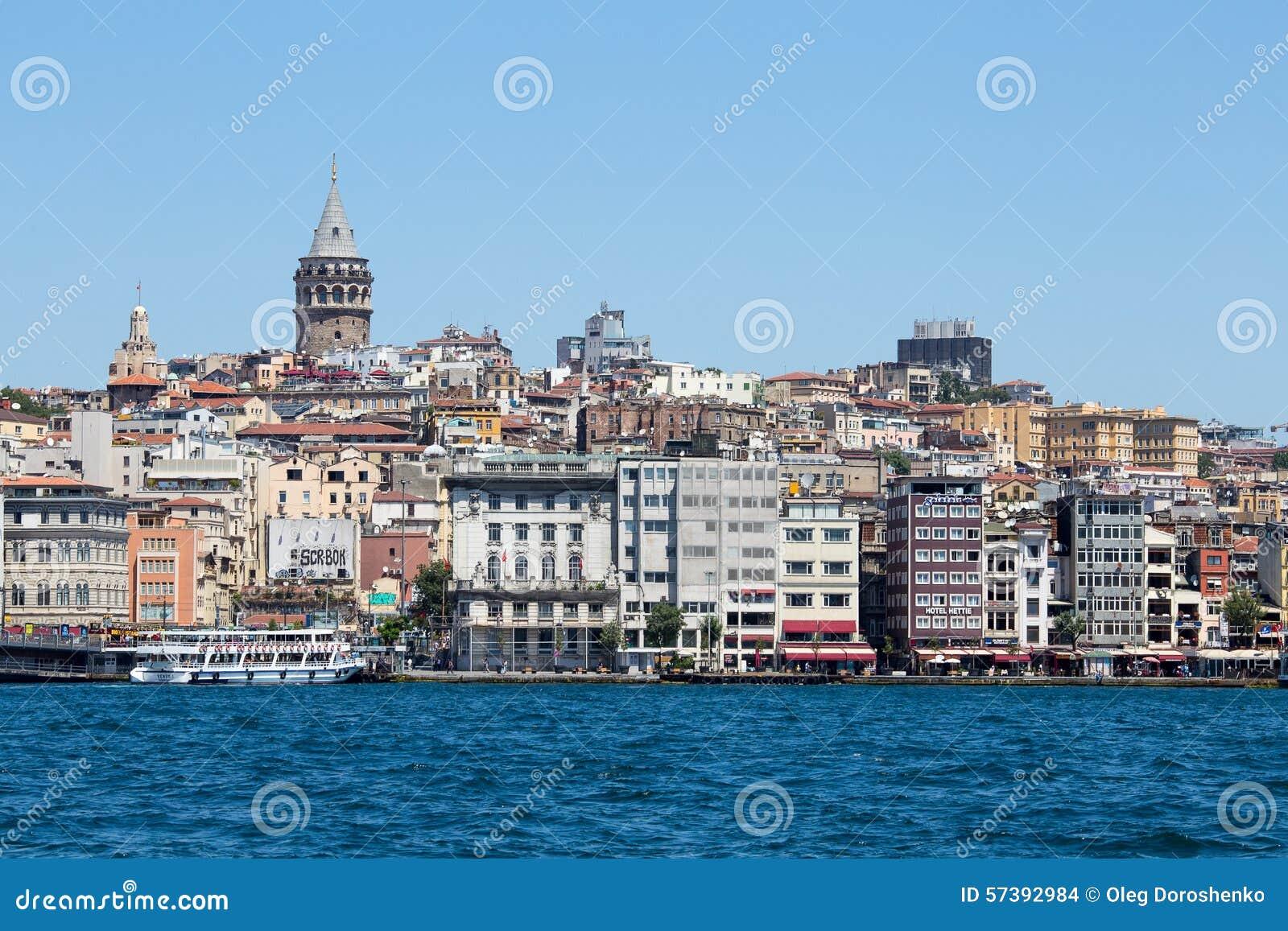 Galatatoren en water Gouden Hoorn Istanboel, Turkije
