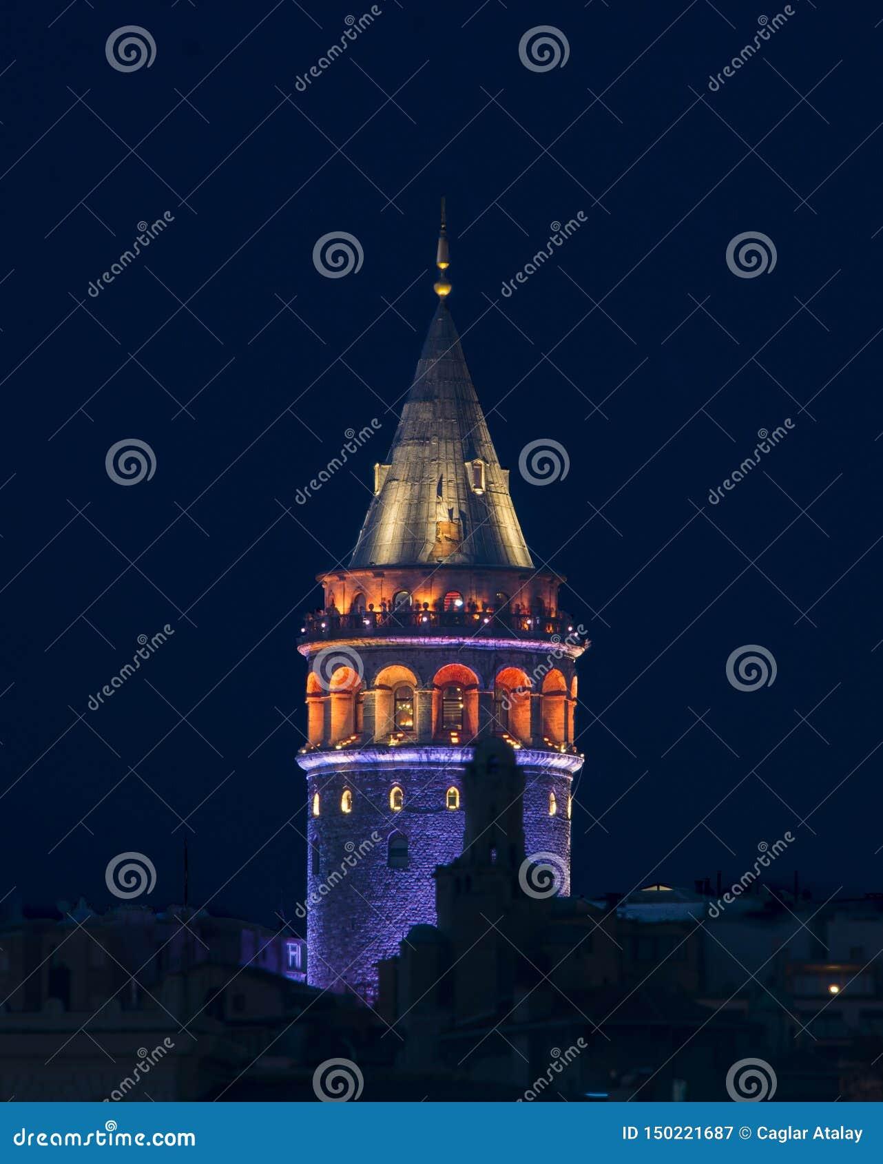 Galatatoren onder parliementnacht van Istanboel