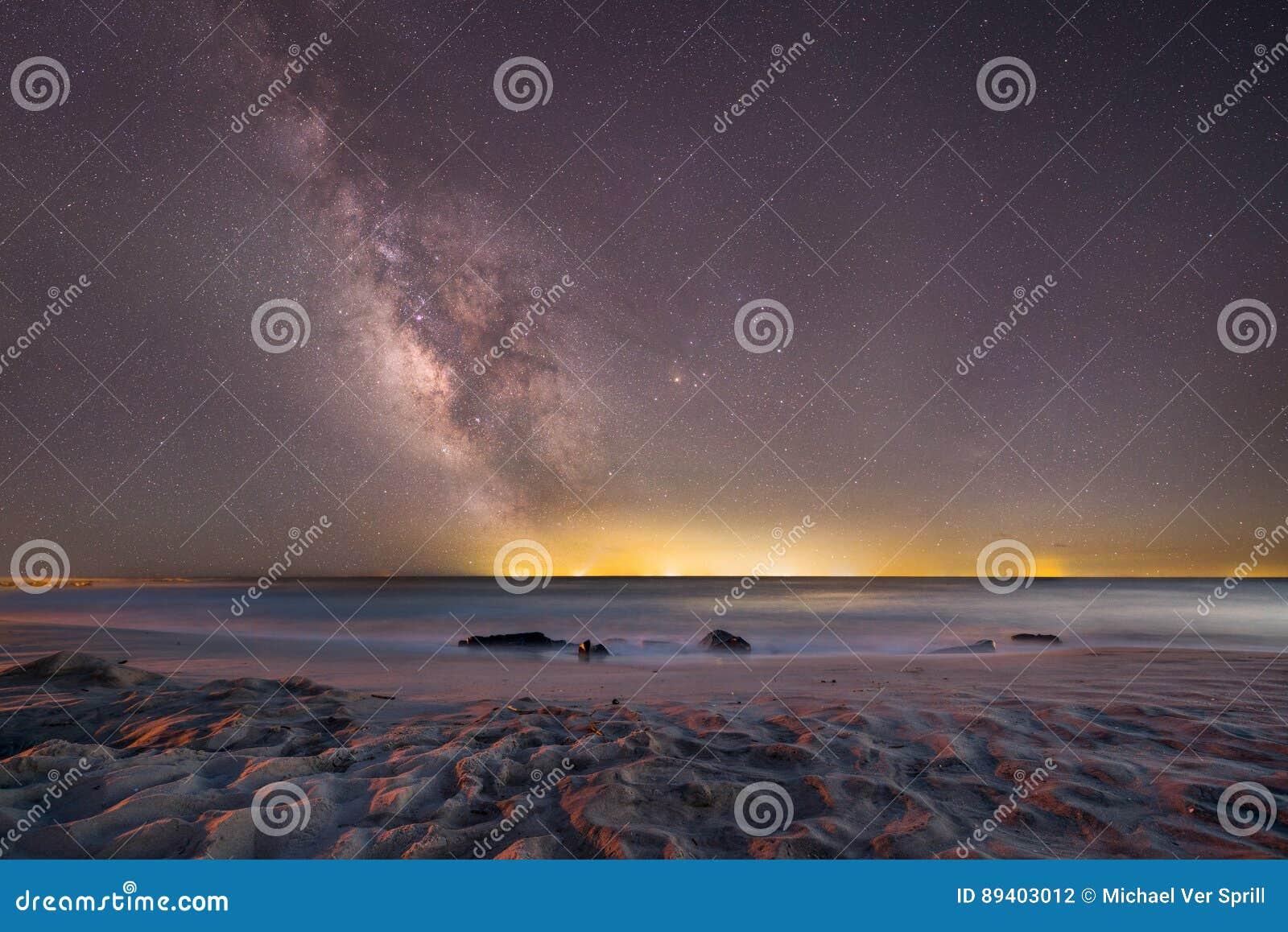 Galaxia de la vía láctea sobre el océano en Cape May