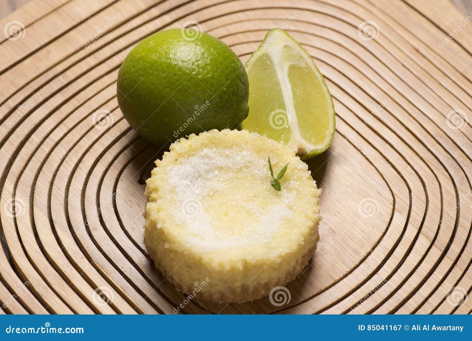 Galdéria e hortelã verdes do limão no fundo de madeira