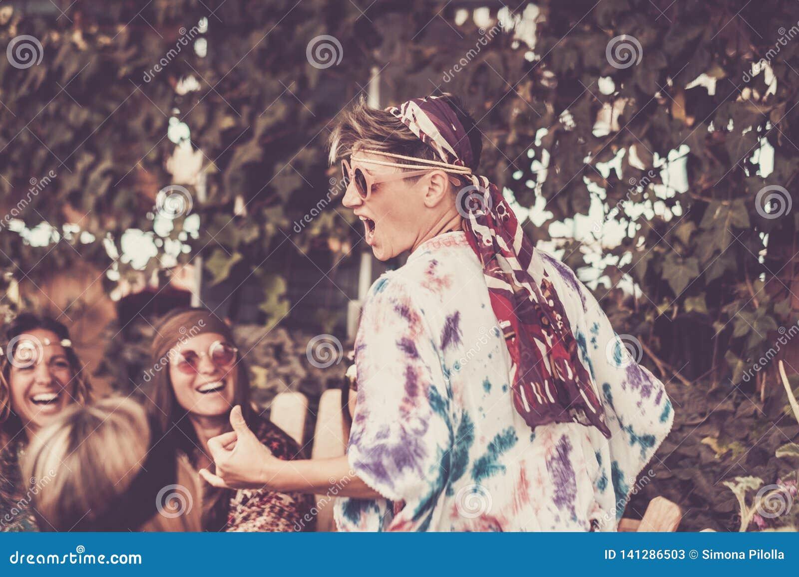 Galen blond ung kvinna och flickor i kamratskap allt fira och ha tillsammans gyckel i ett bio naturligt ställe Leenden och