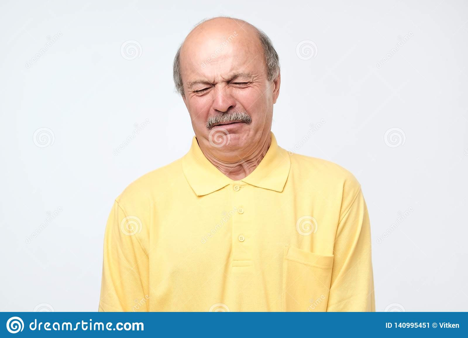 Galen hög skallig latinamerikansk man som gråter motta dåliga nyheter