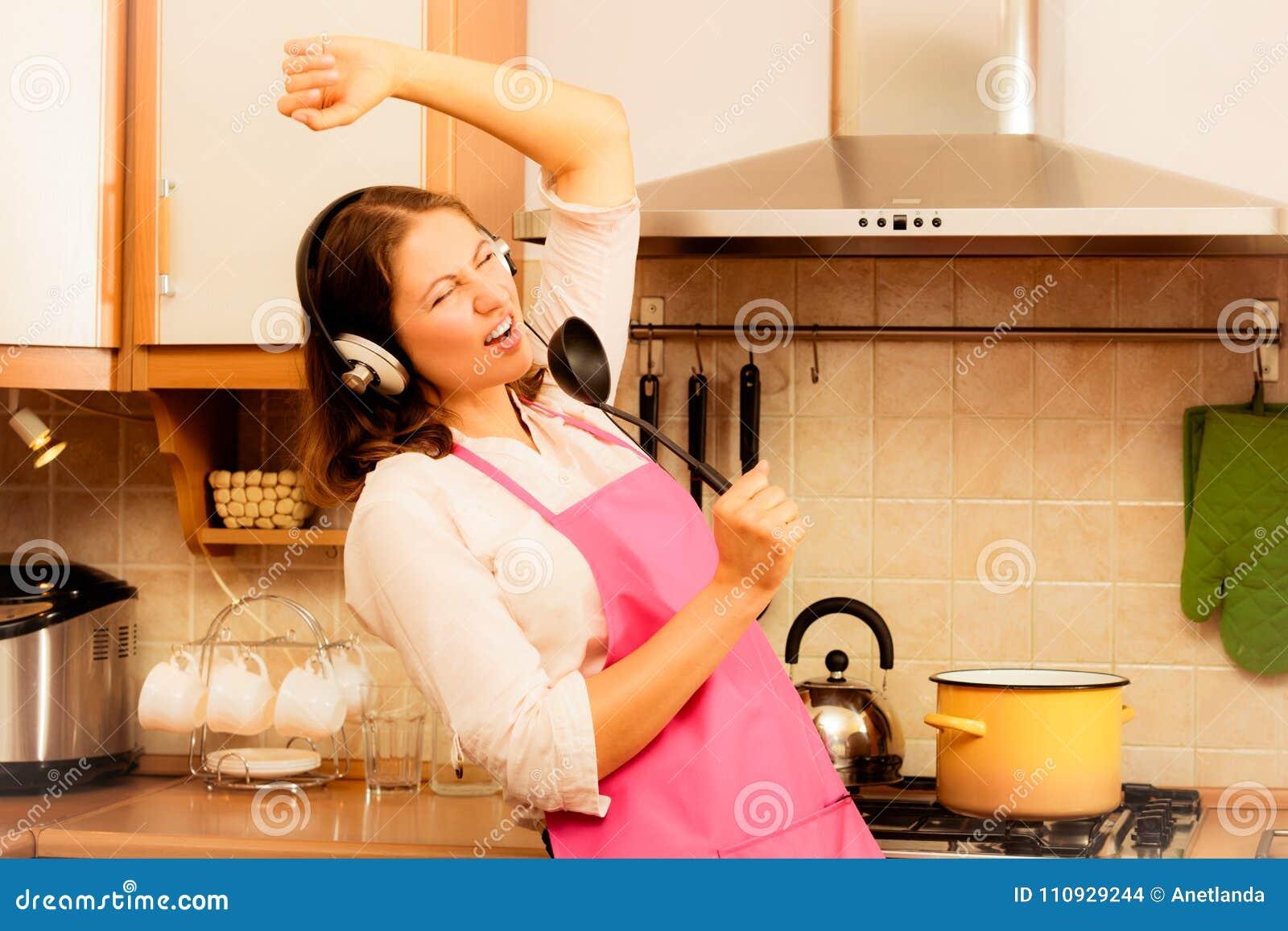 Galen hemmafrukock i kök