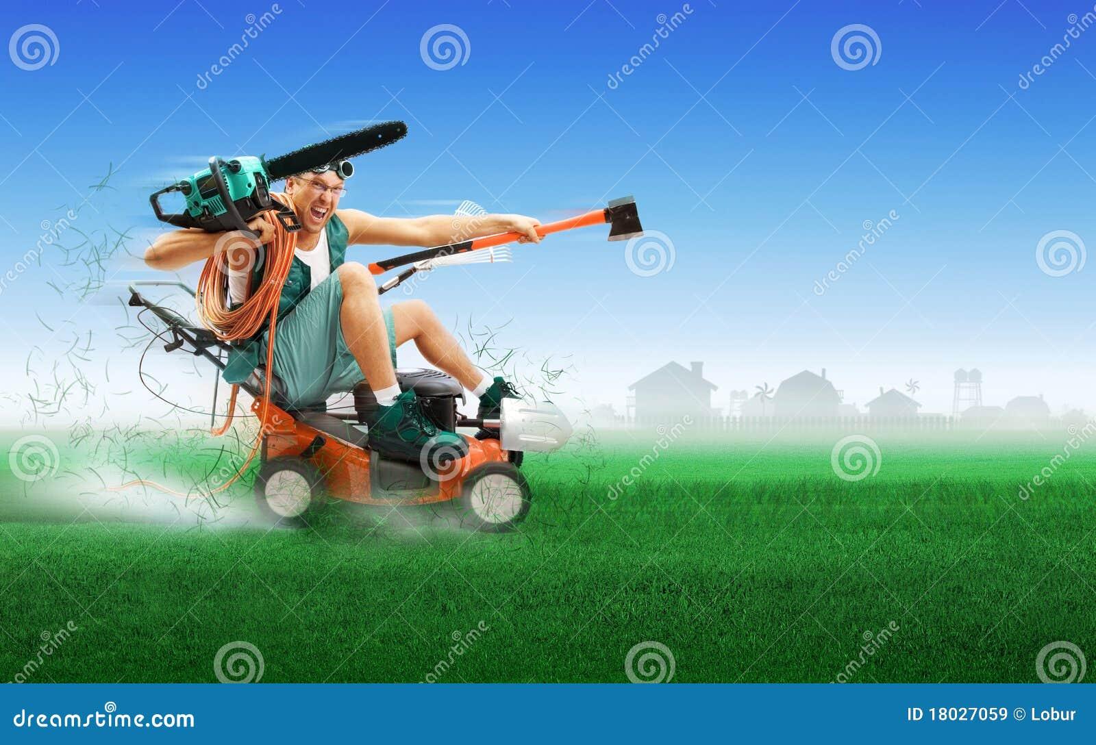 Galen körande lawngräsklippningsmaskinworkman