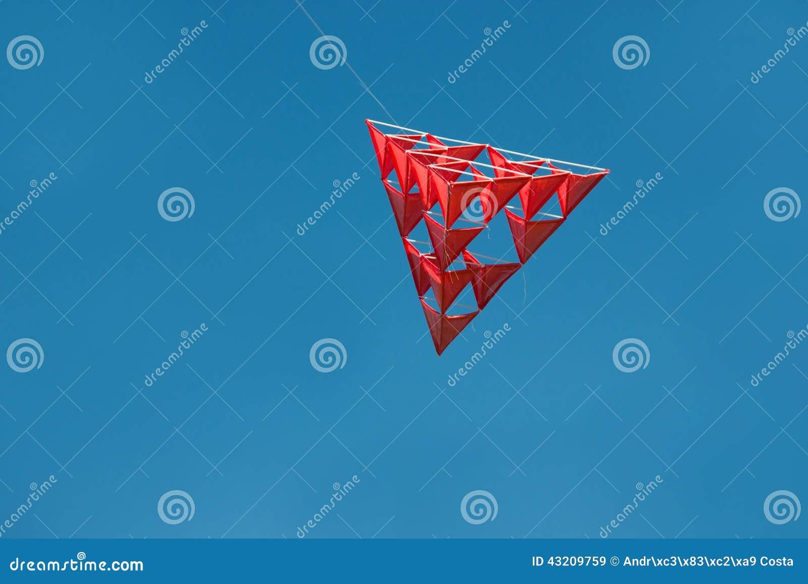 Download Galen Röd Tetrahedral Drake Med Blå Himmel Fotografering för Bildbyråer - Bild av olikt, flyg: 43209759