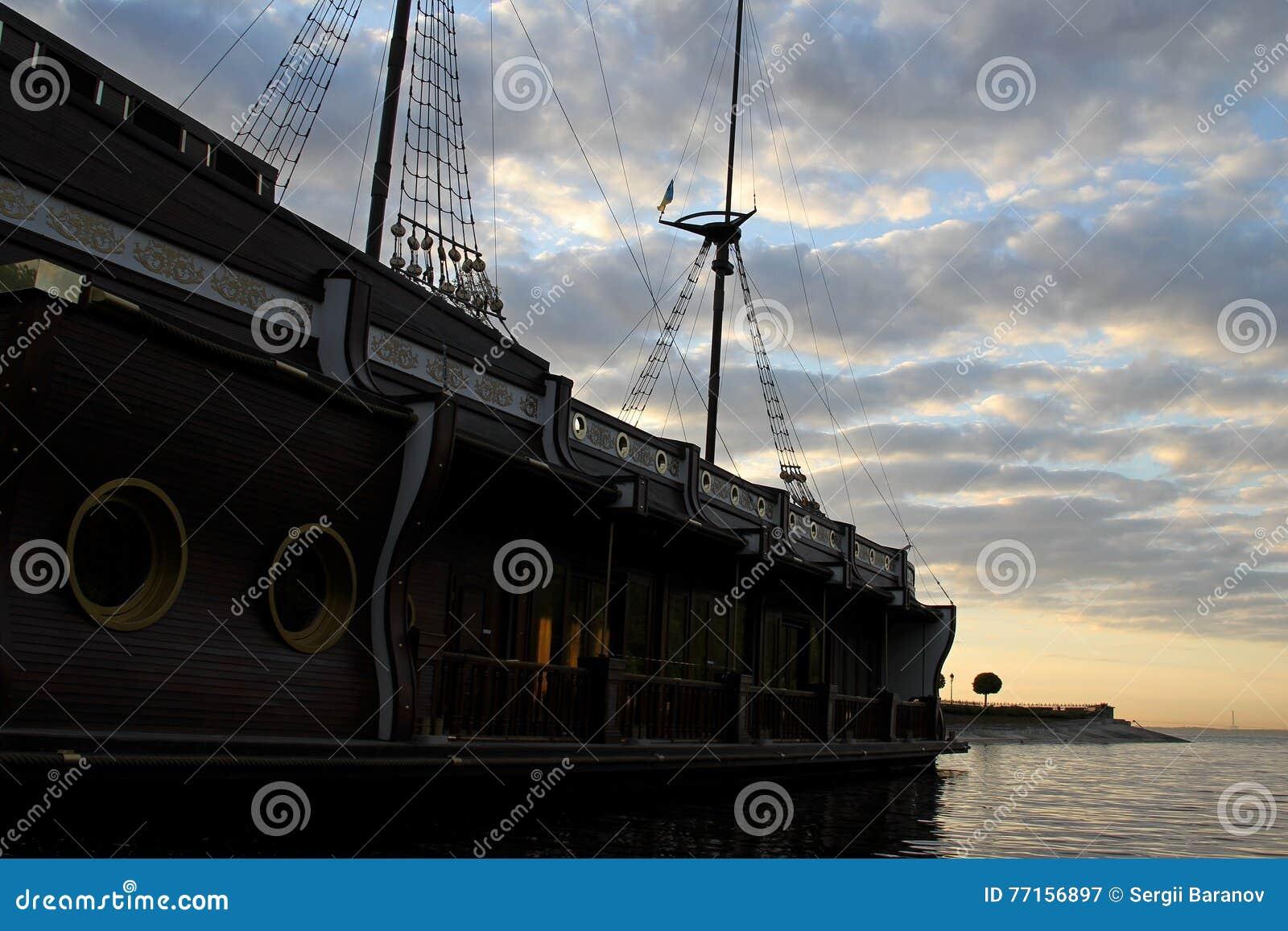Galeon amarré sans voile sur le mât sur la surface de l eau dans la baie de mer