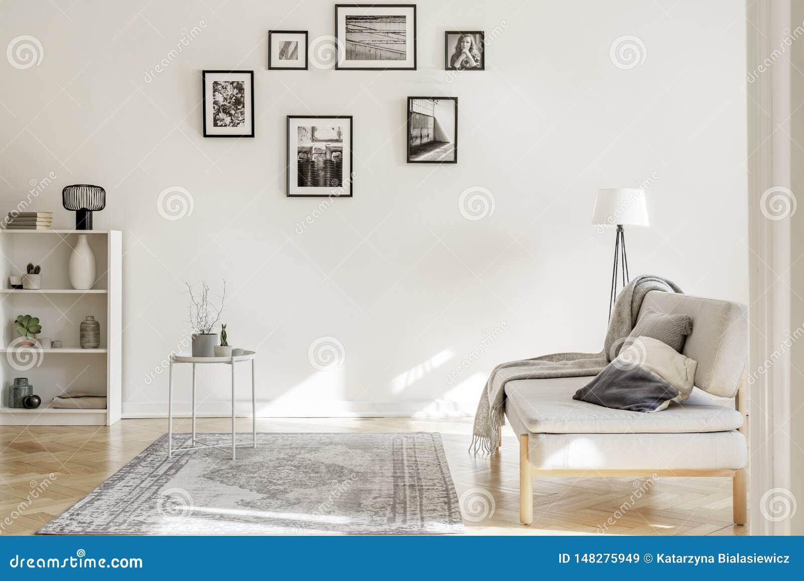Galerie des affiches noires et blanches sur le mur de l int?rieur chic de salon