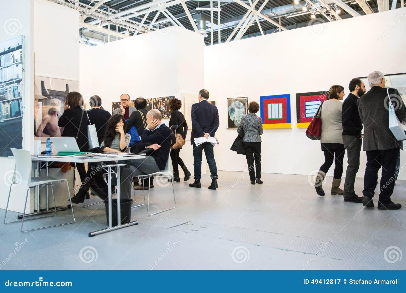 Download Galerie In Einer Kunst Angemessen Redaktionelles Stockfotografie - Bild von ausstellung, fashion: 49412817
