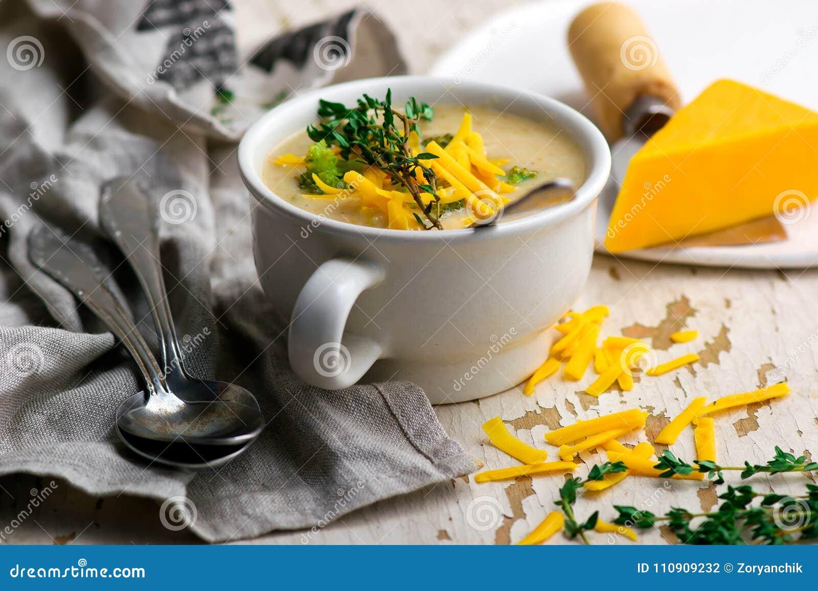 Galinha do queijo Cheddar dos brócolis e sopa da bolinha de massa