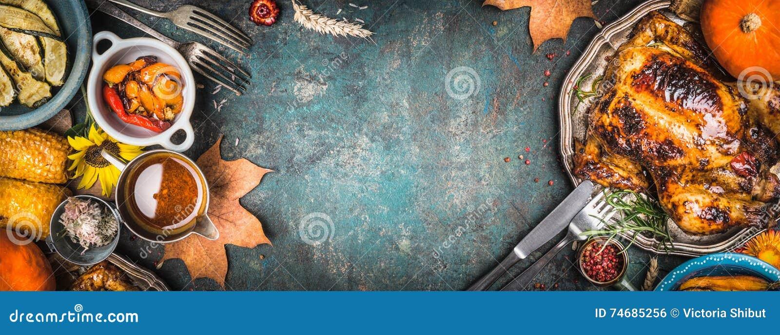 A galinha inteira ou o peru roasted delicioso na placa com cutelaria e molho, colheita grelharam vegetais no fundo rústico escuro