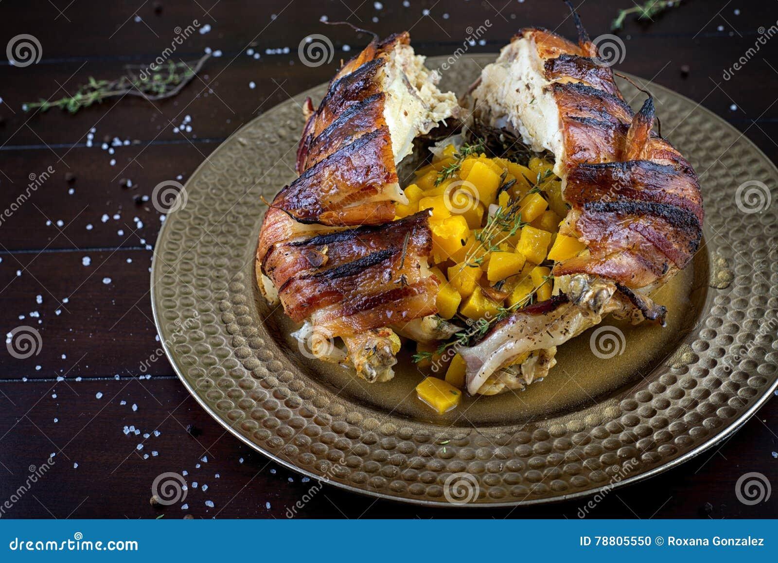 Galinha roasted envolvida bacon enchida com polpa de butternut