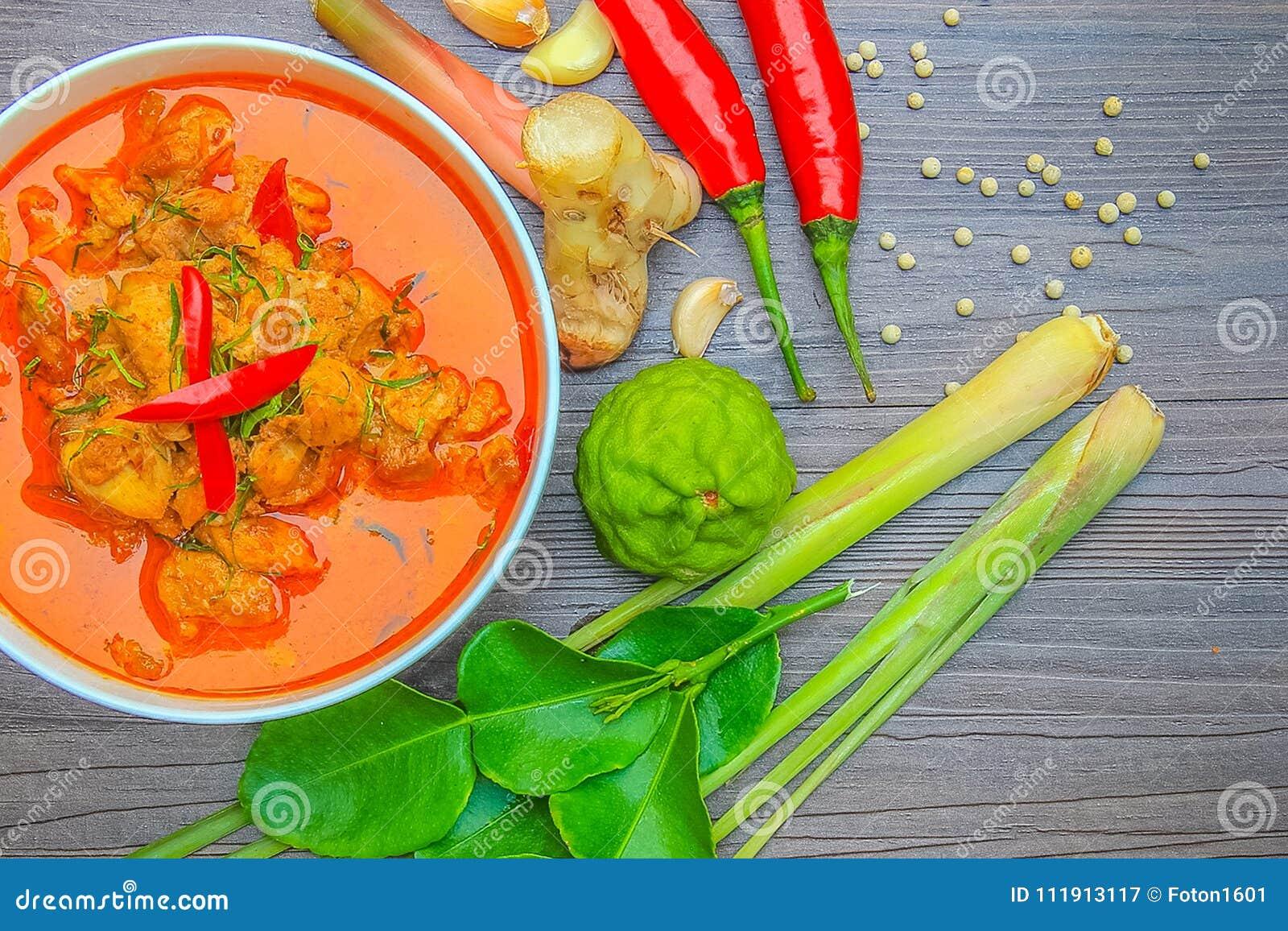 Galinha vermelha do caril, alimento picante tailandês e ingredientes frescos da erva sobre