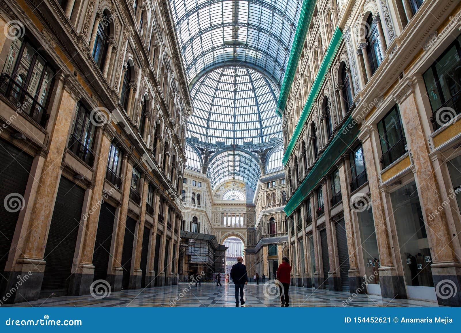 Galleria Umberto я общественная ходя по магазинам галерея в Неаполь