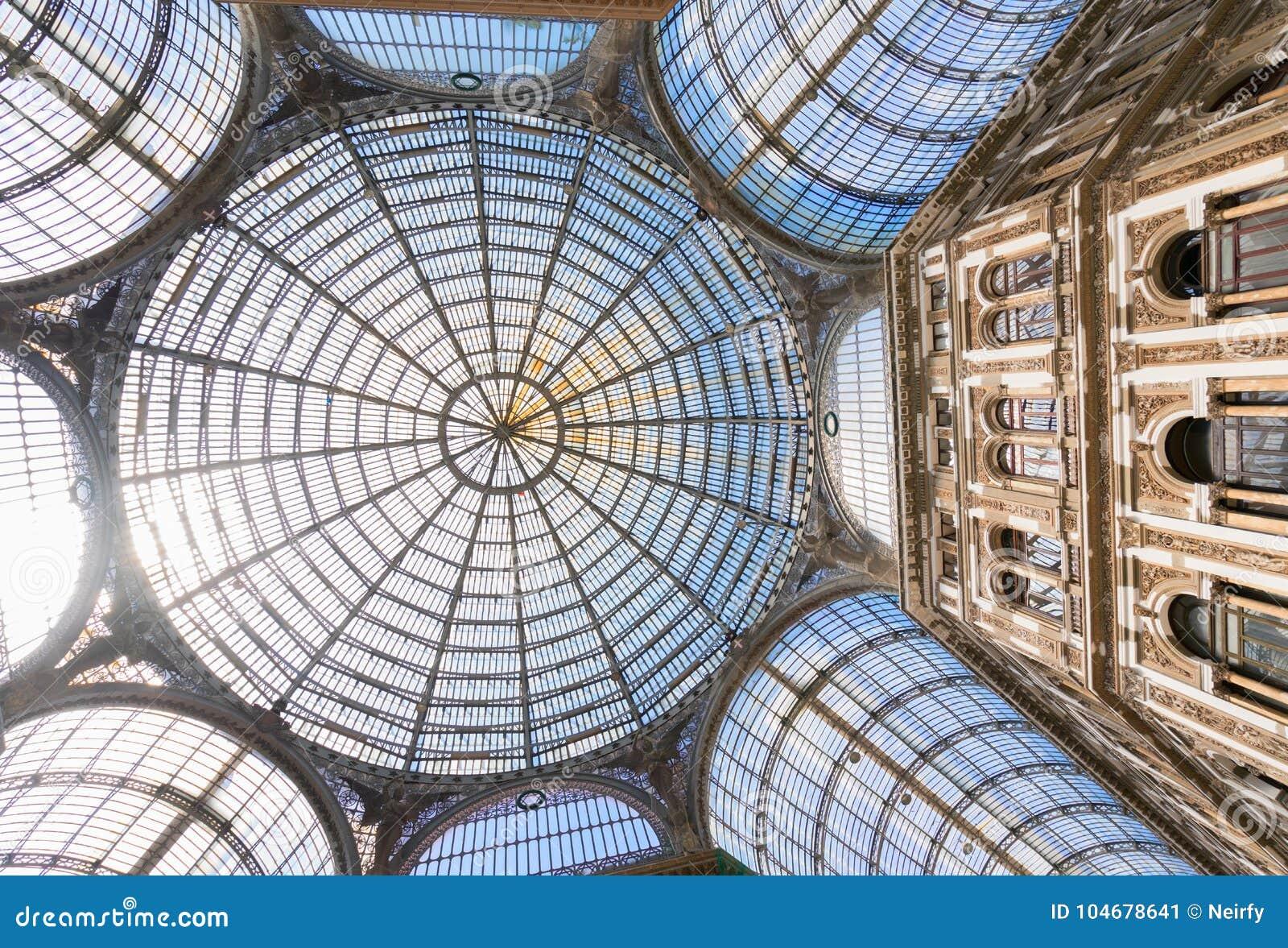 Galleria Umberto I, openbare het winkelen galerij in Napels