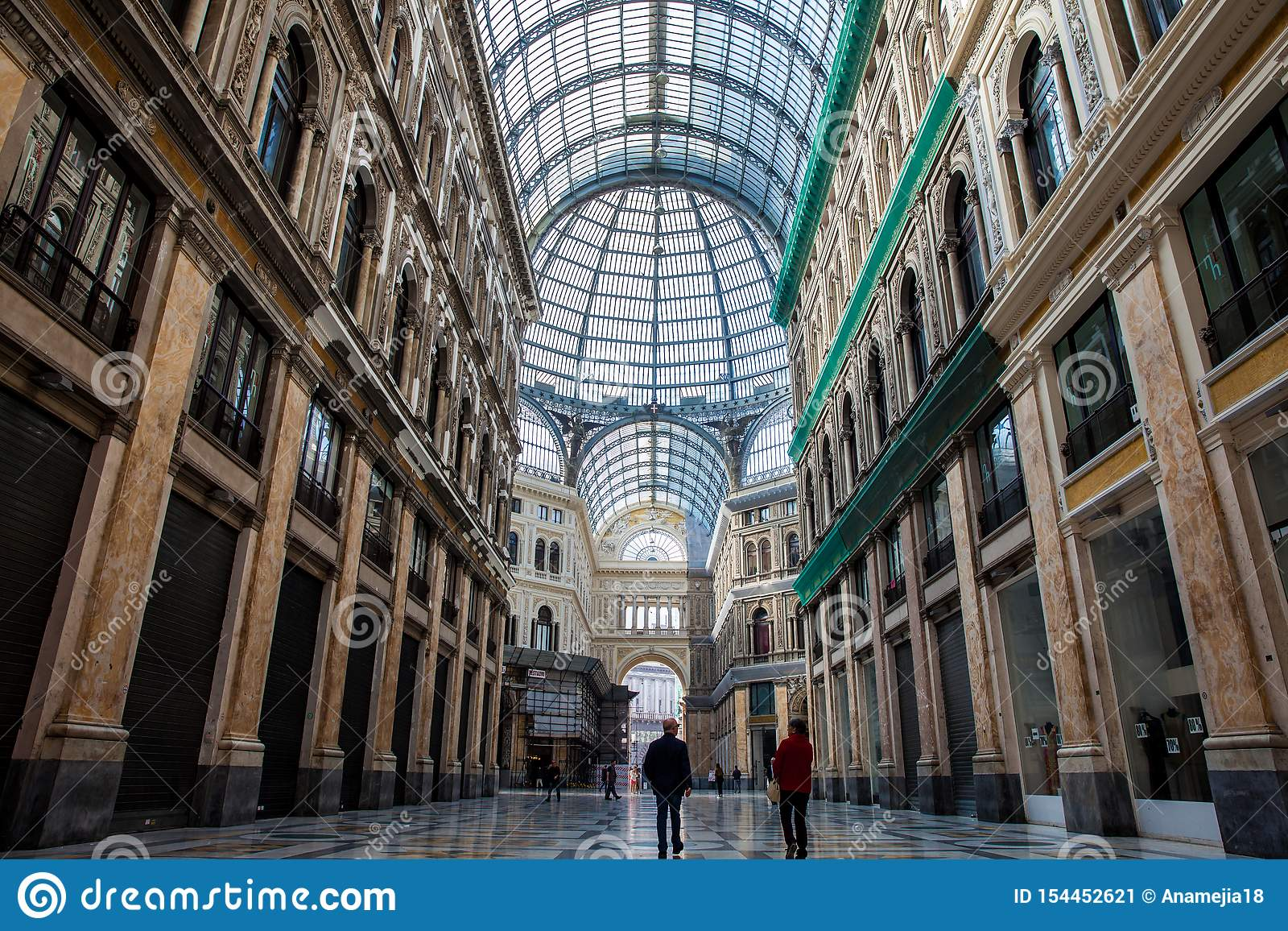 Galleria Umberto yo una galería que hace compras pública en Nápoles