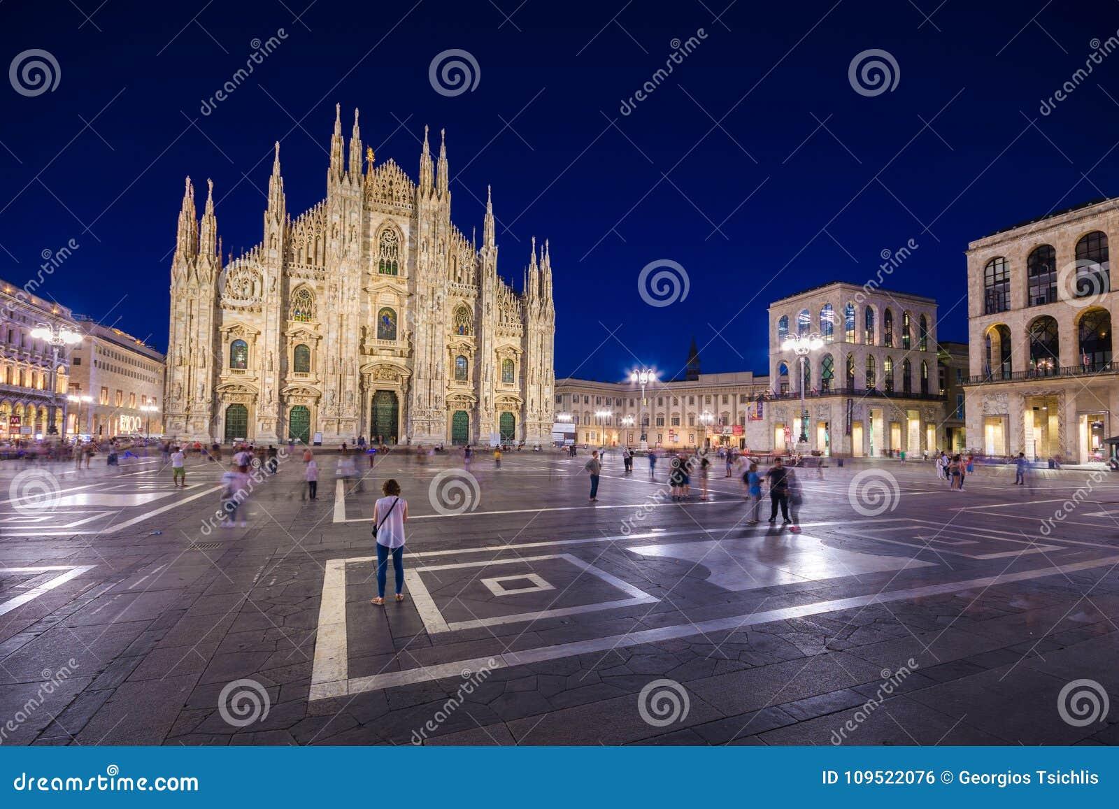 Galleria Vittorio Emanuele II Piazza del Duomo en la noche, Milán, Lombardia, Italia