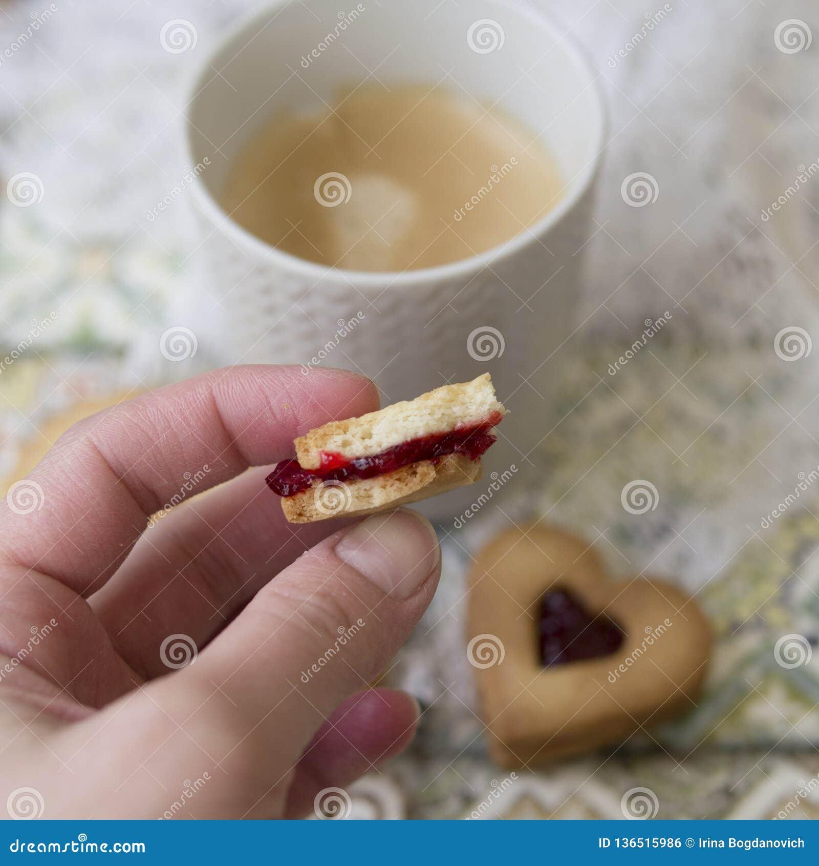 Galletas con el atasco del arándano en un fondo multicolor con la servilleta del cordón Galletas para el día de tarjeta del día d