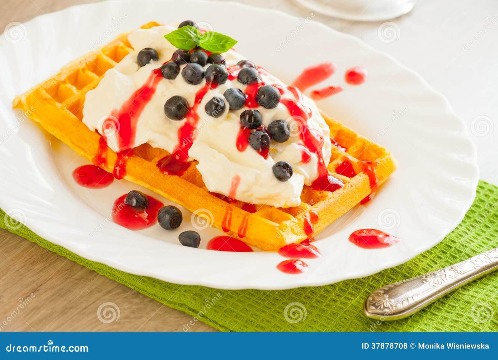 Galletas con las frutas y la crema azotada