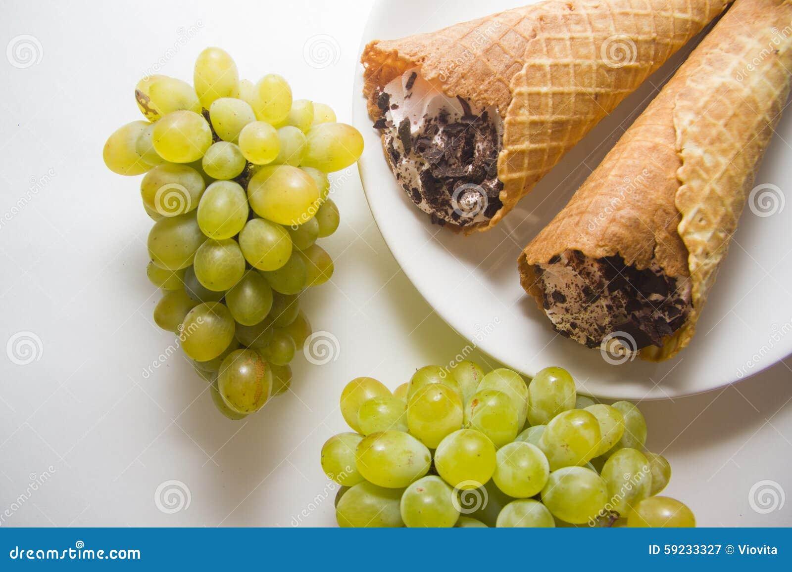 Download Galletas con las uvas imagen de archivo. Imagen de oscuro - 59233327