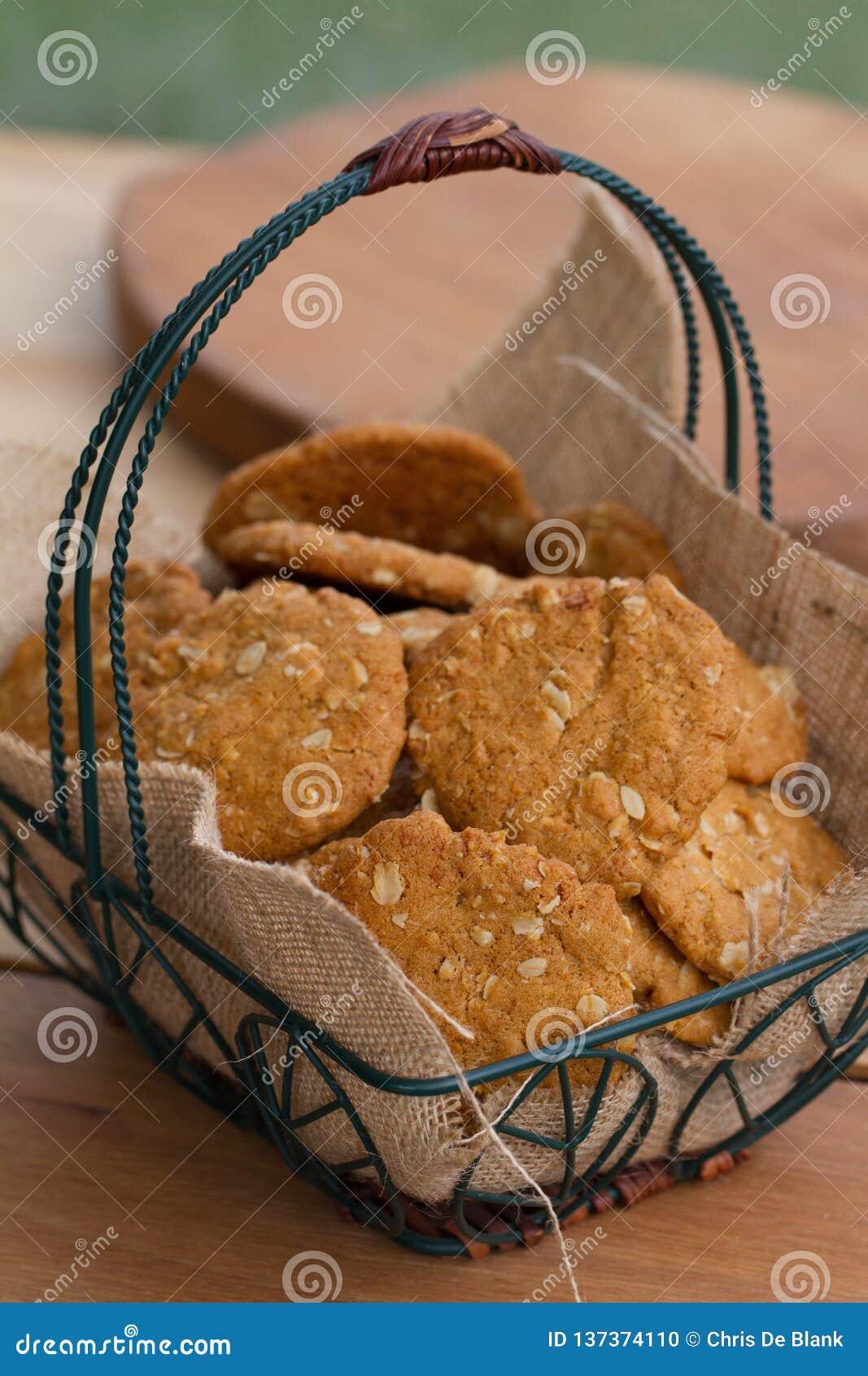 Galletas de Anzac en cesta en la tabla exterior