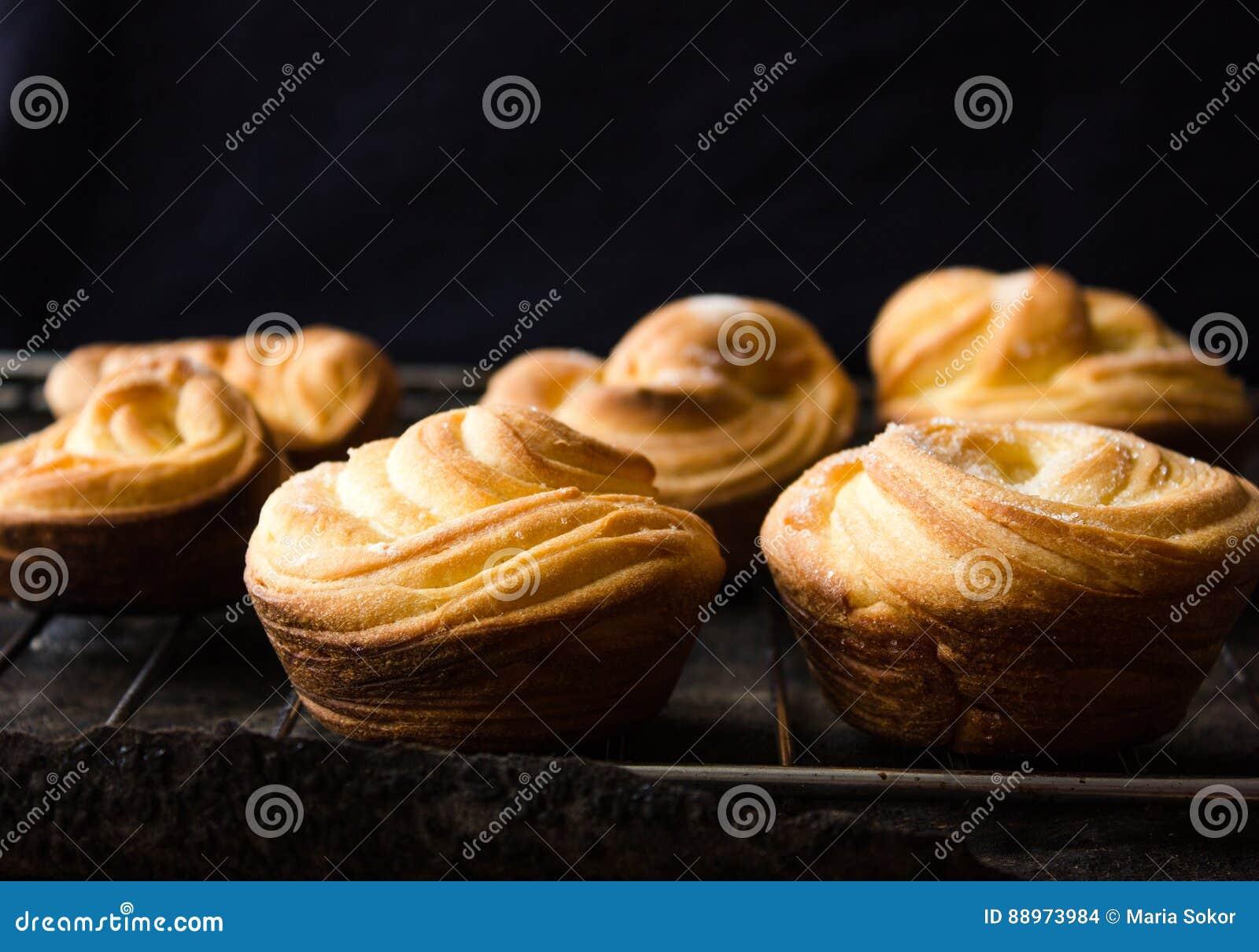 Galletas de torta dulce americanas con gotas de chocolate y un jarro de leche y de almendras Fondo oscuro del grunge Luz mística