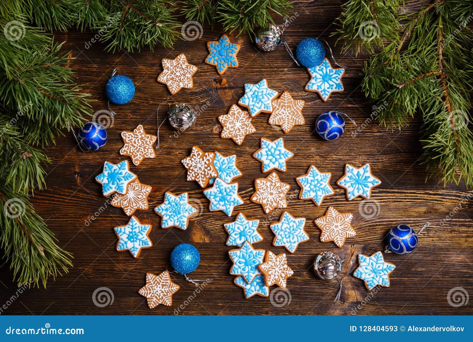 Galletas del copo de nieve del pan de jengibre de la Navidad adornadas con la formación de hielo