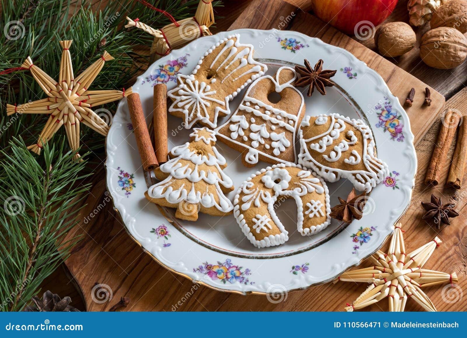 Galletas del pan de jengibre de la Navidad en una tabla de madera