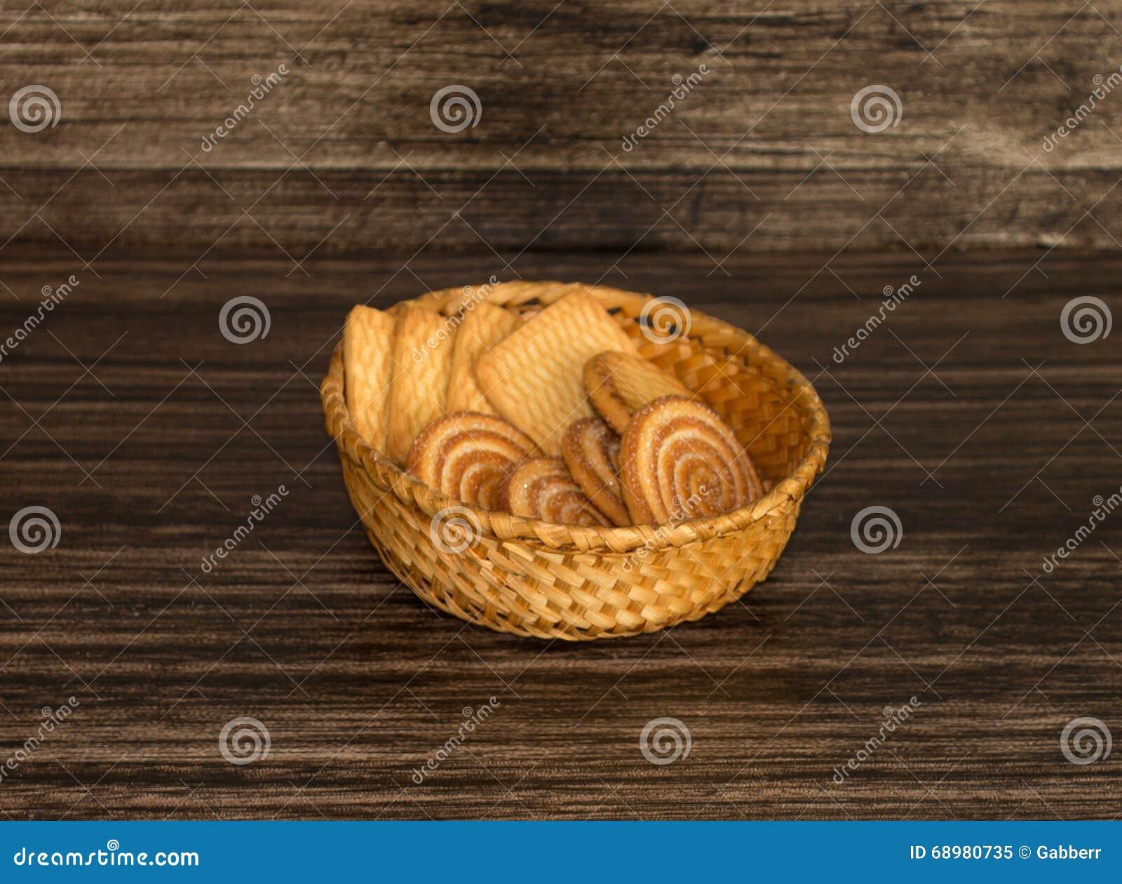 Galletas en una cesta de mimbre