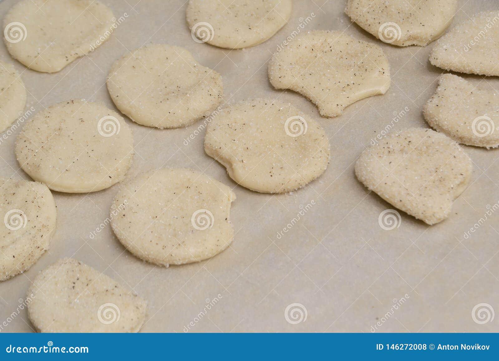 Galletas hechas en casa dulces en un molde para el horno