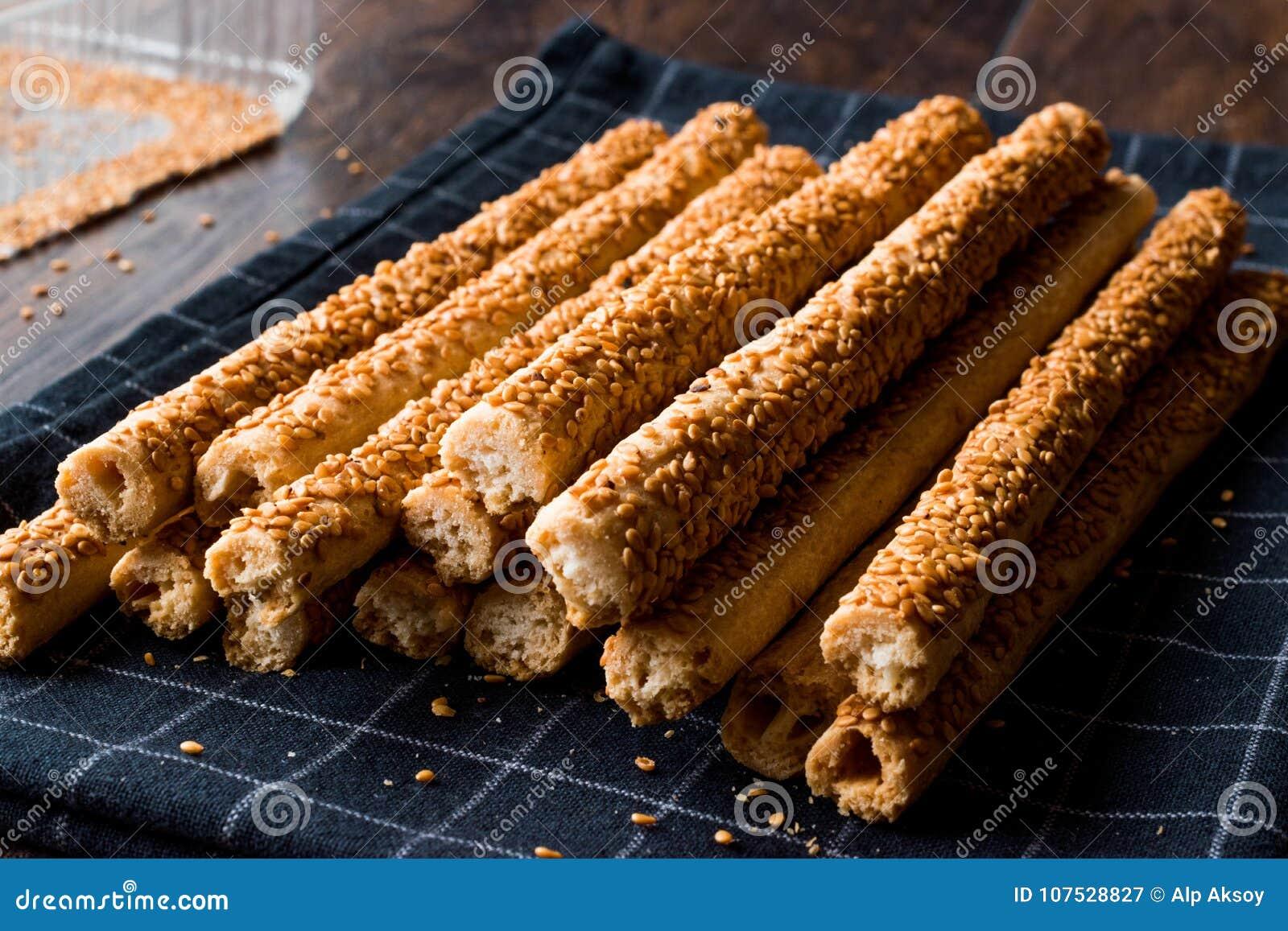 Galletas saladas crujientes del palillo del pretzel con sésamo