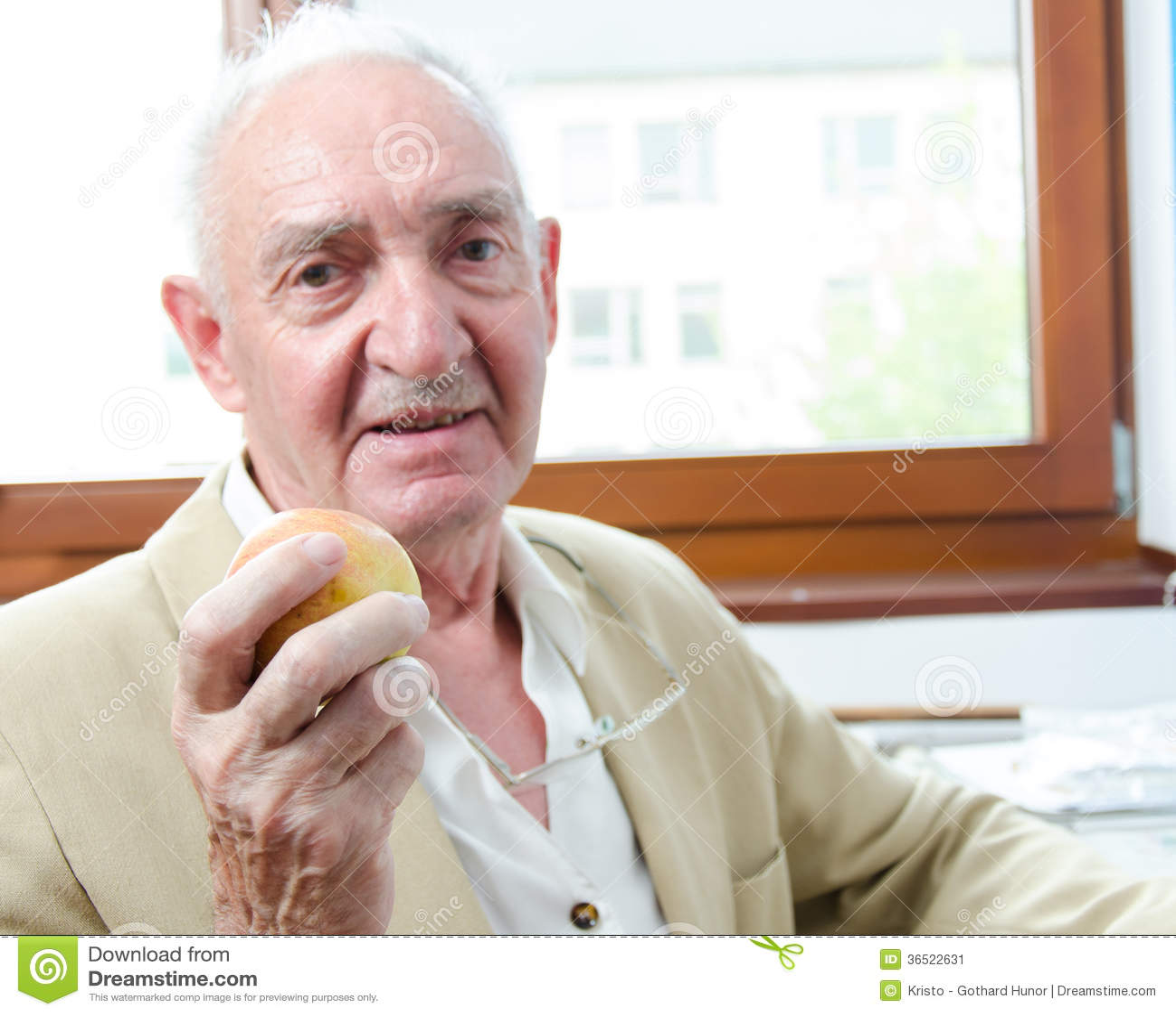Gamal man med äpplet