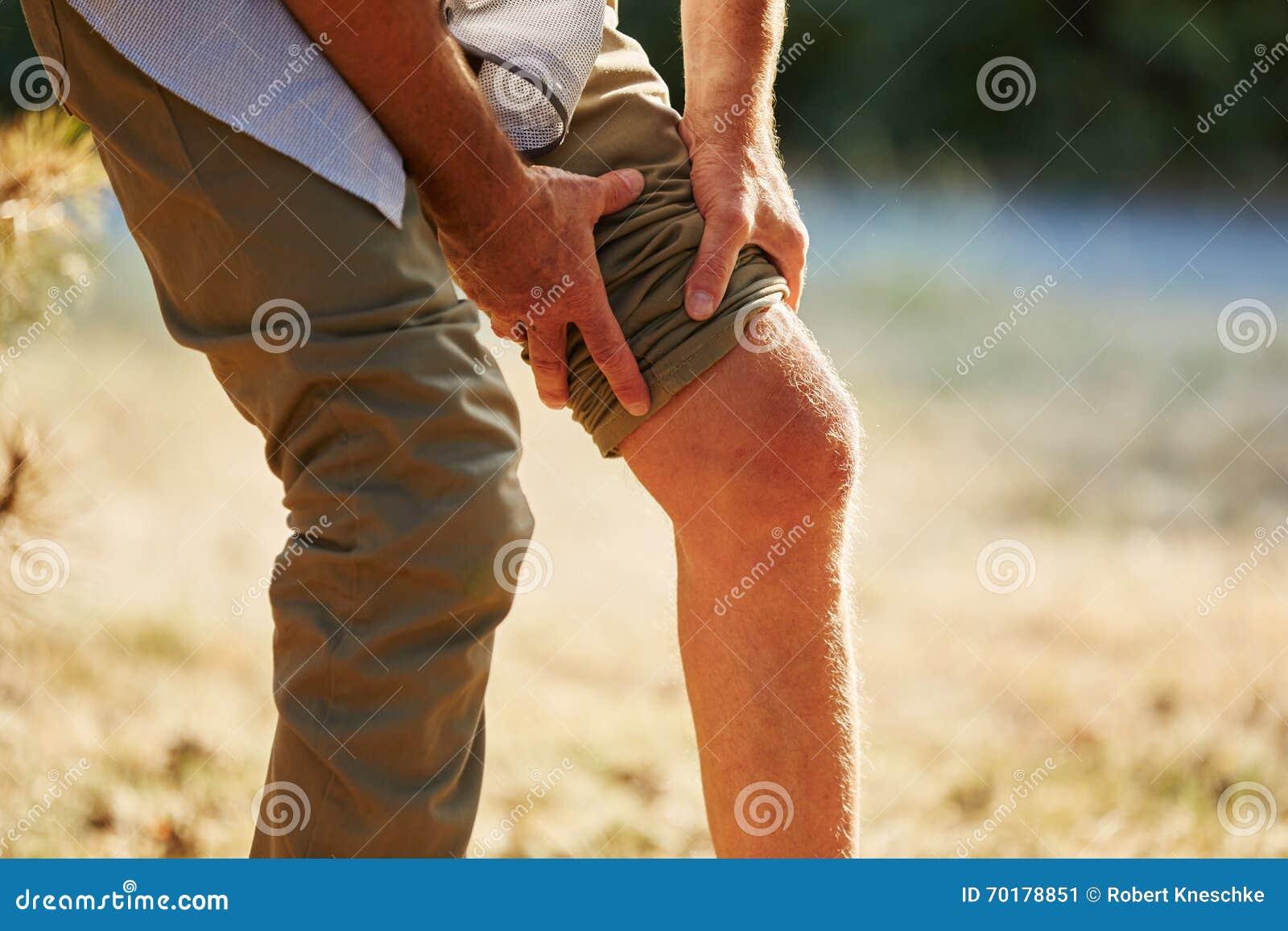 Gamala mannen med smärtar på knäet