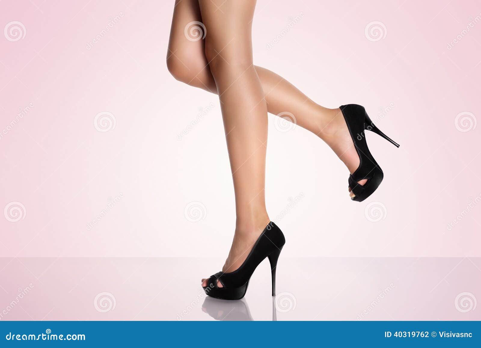 Scarpe Su Tacco Un Fotografia Con Alto Gambe A Rosa Le Fondo Nere wE0qO6IZ