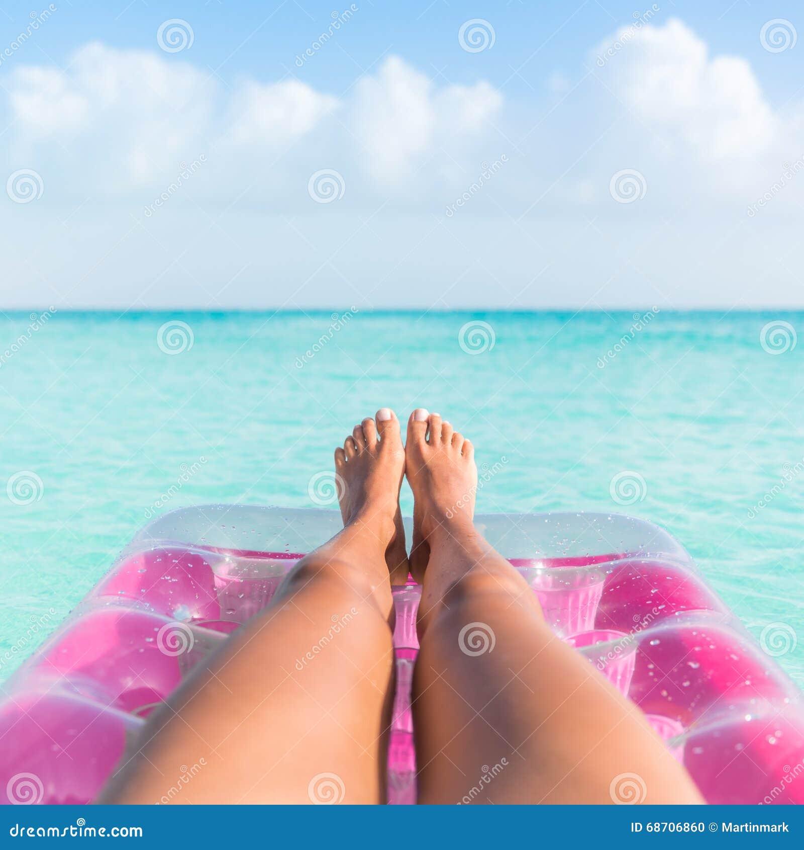 https://thumbs.dreamstime.com/z/gambe-d-abbronzatura-della-ragazza-di-vacanza-estiva-che-si-rilassano-nell-oceano-68706860.jpg