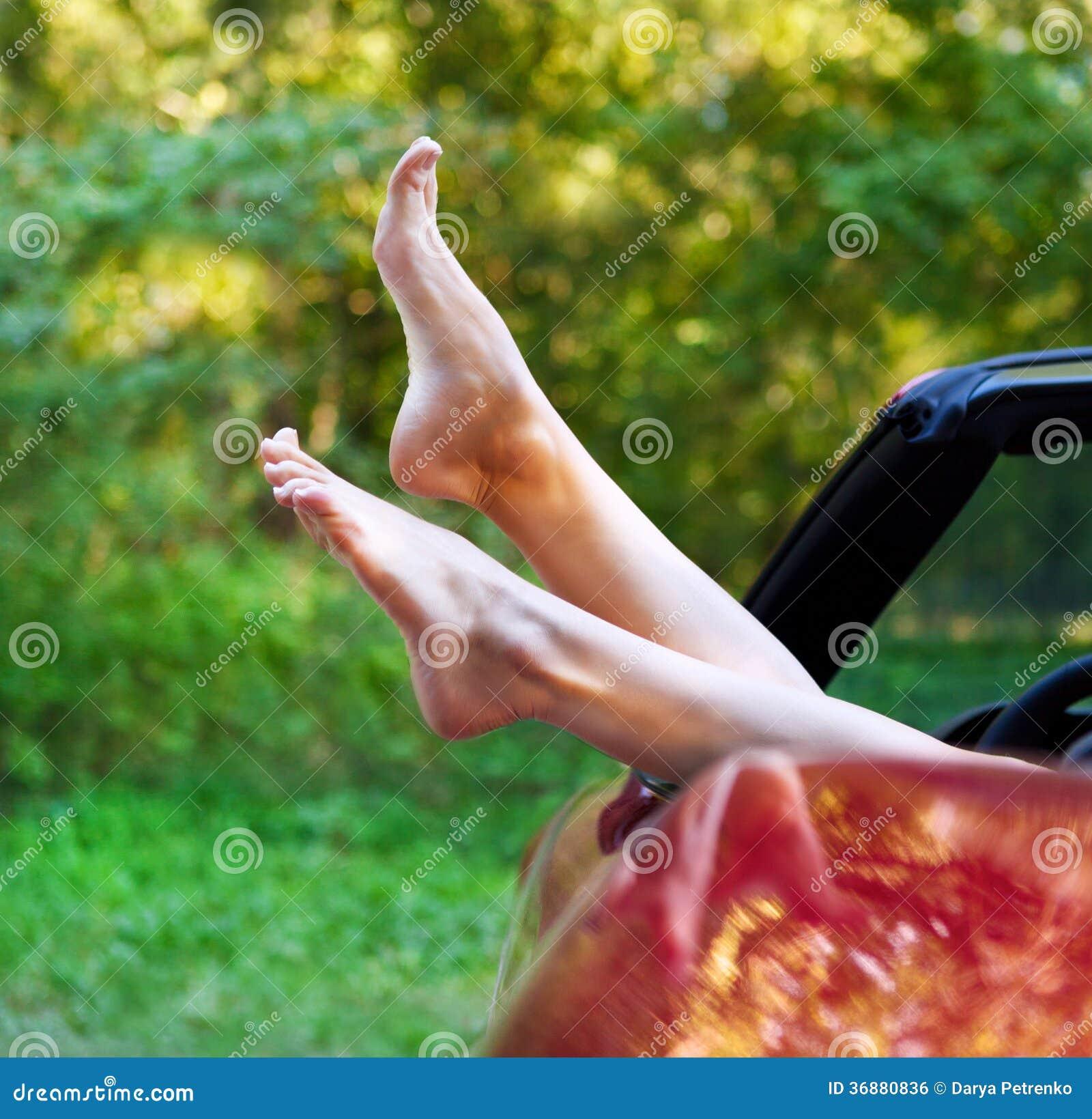 Download Gambe Della Donna Fuori Le Finestre In Automobile Fotografia Stock - Immagine di felice, concetto: 36880836