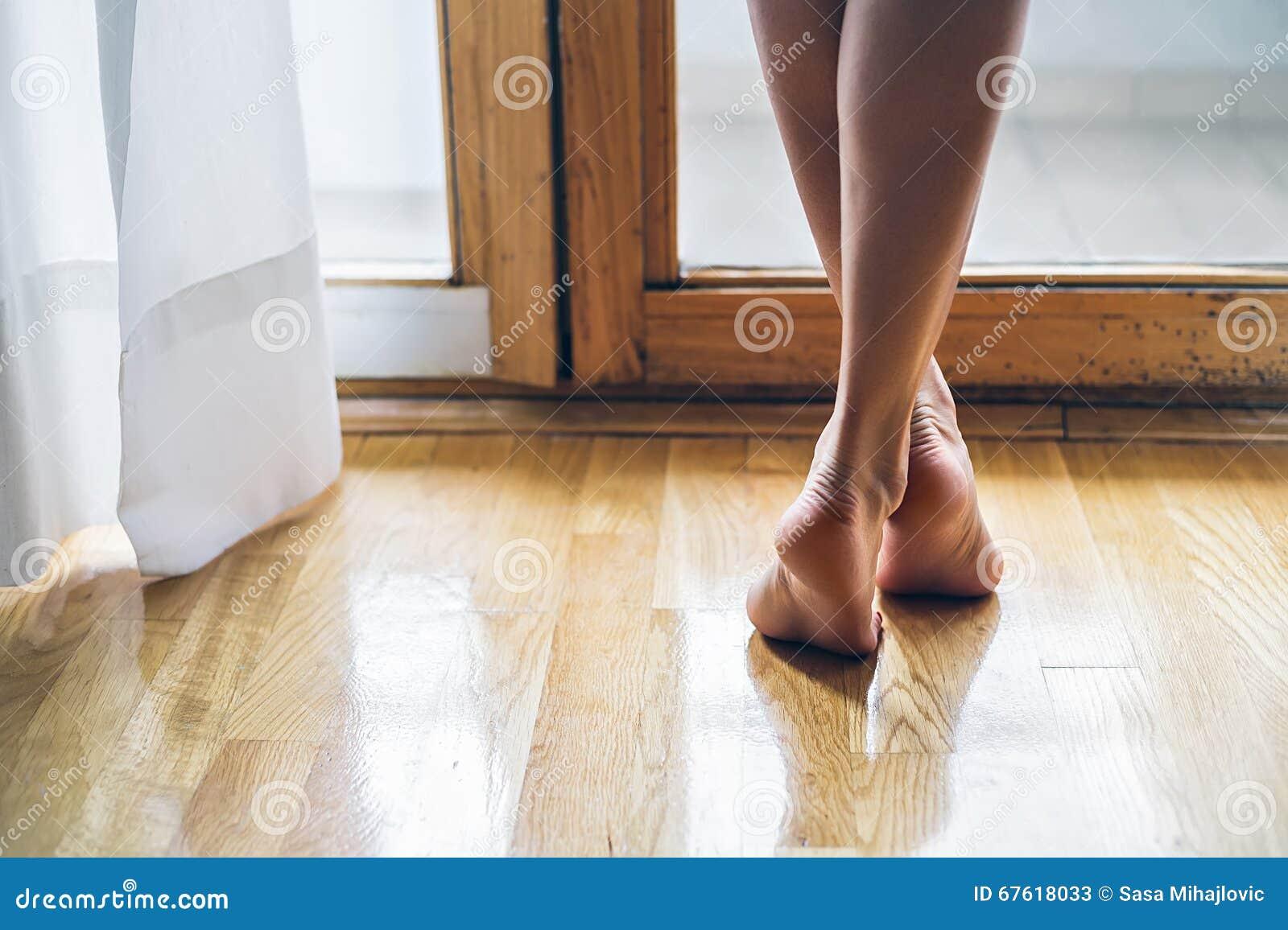 Gambe di una ragazza scalza immagine stock immagine di - Immagine di una ragazza a colori ...