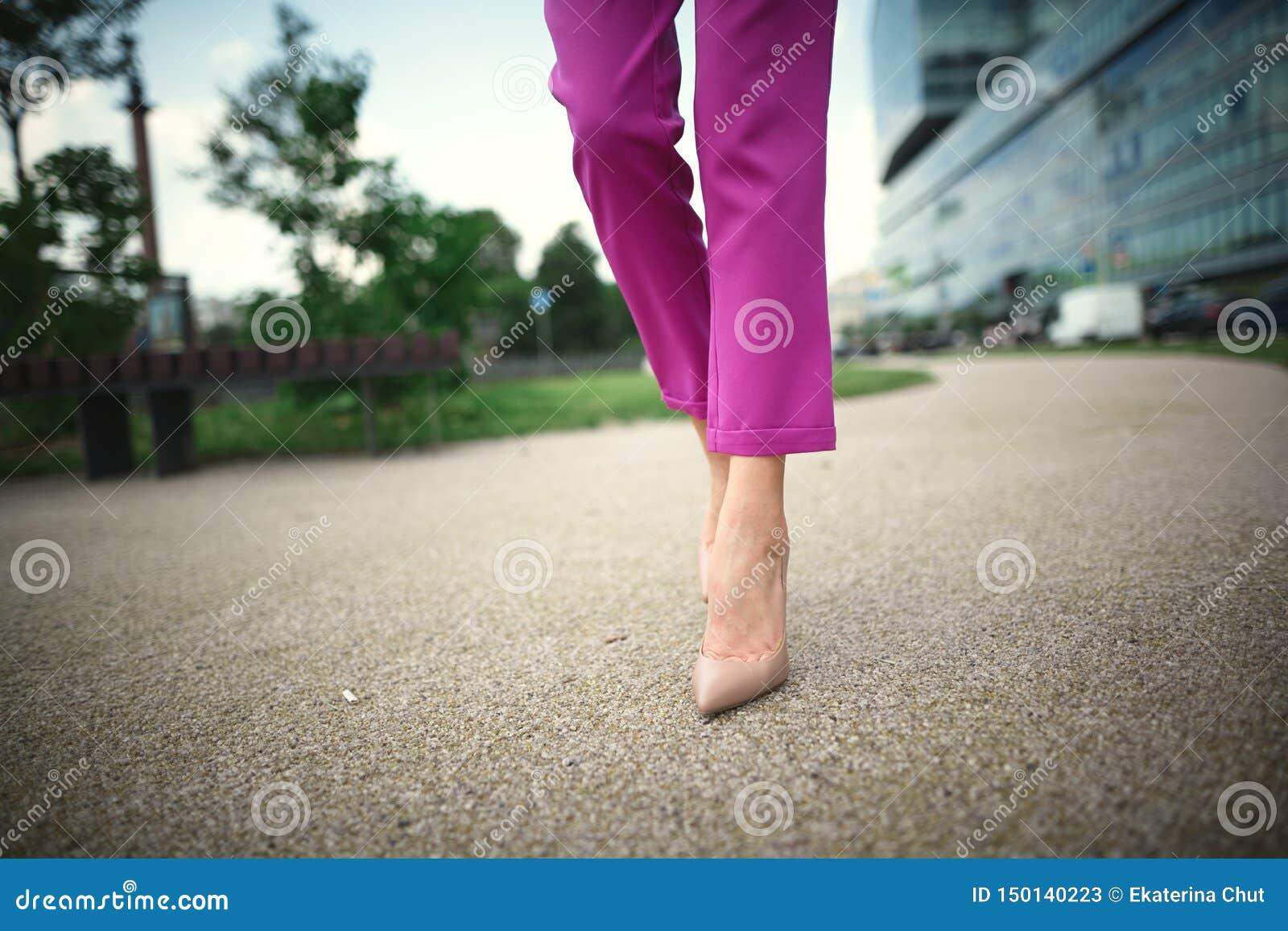 Gambe di una ragazza in talloni