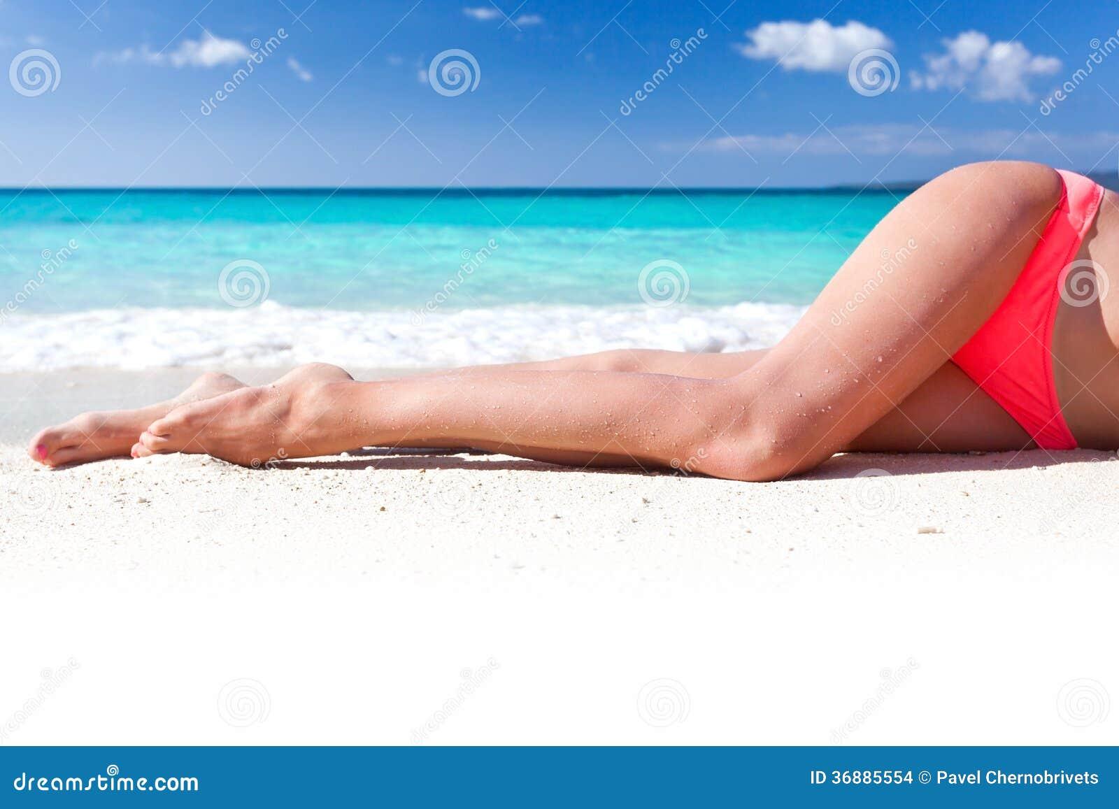 Download Gambe Esili Di Tan Sulla Spiaggia Fotografia Stock - Immagine di rilassamento, orizzonte: 36885554