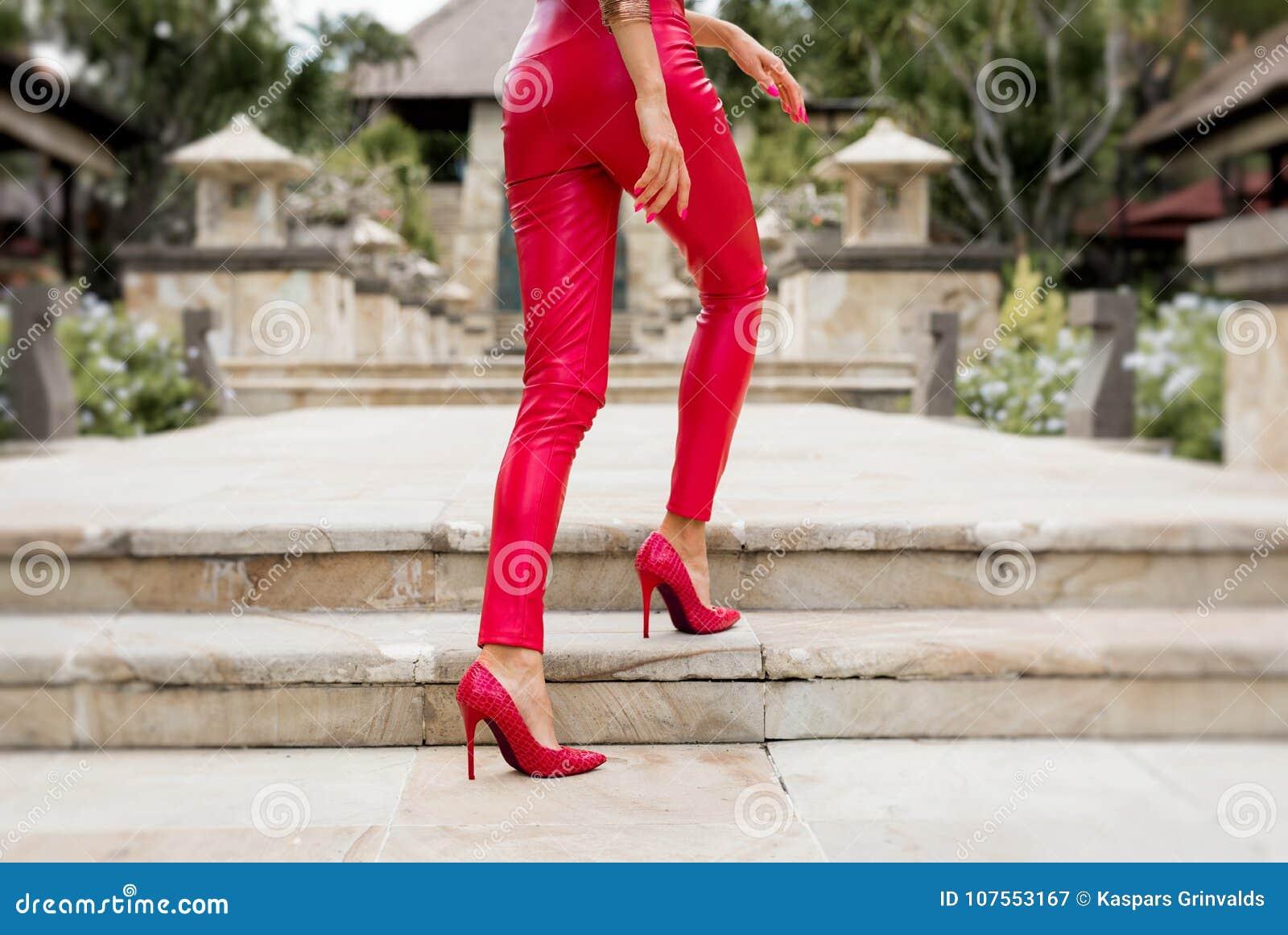 sale retailer 0a65a 23b06 Gambe Sexy Della Donna In Pantaloni E Tacchi Alti Rossi ...