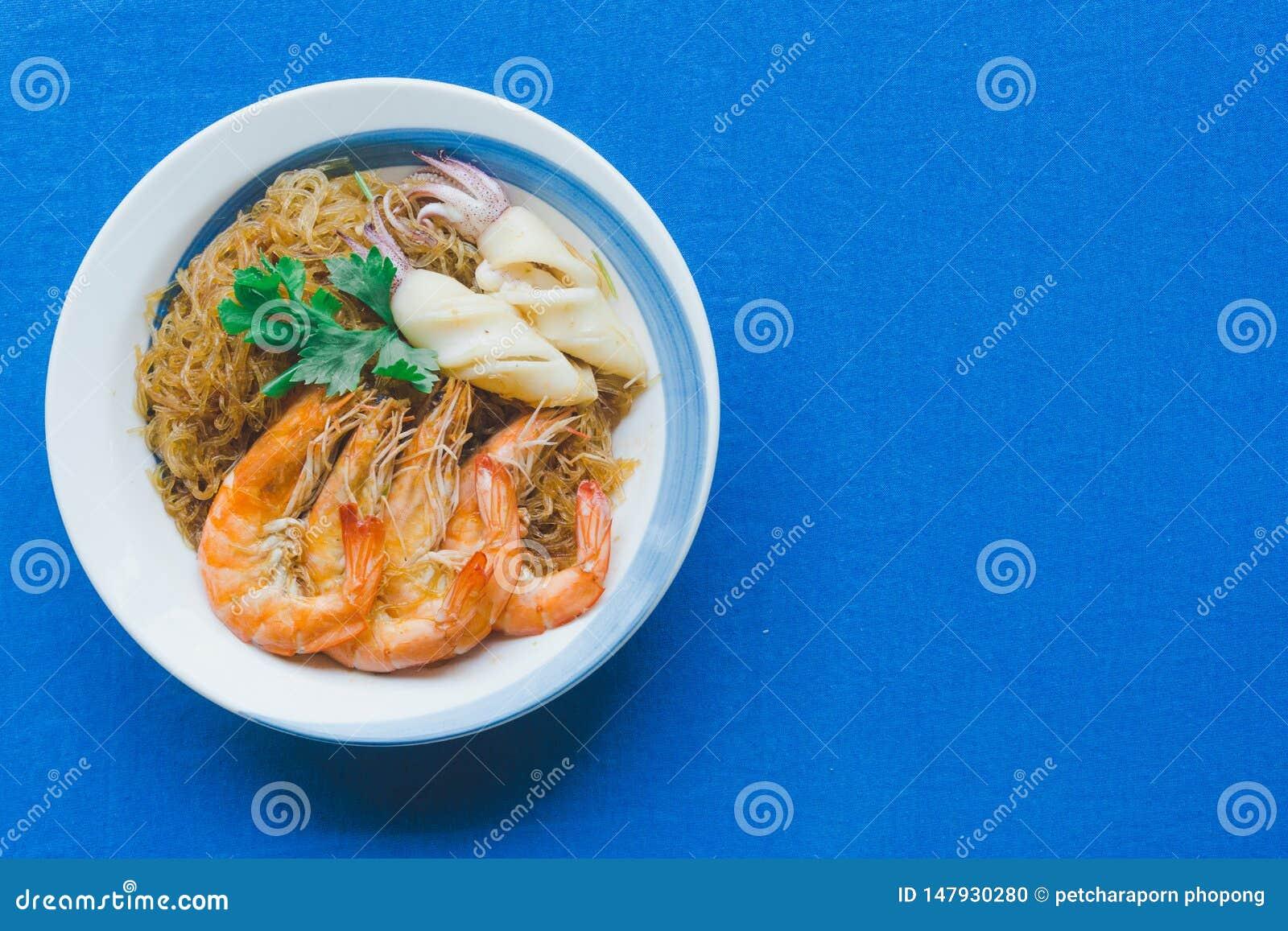 Gamberetti e calamaro di Casseroled con le tagliatelle di vetro