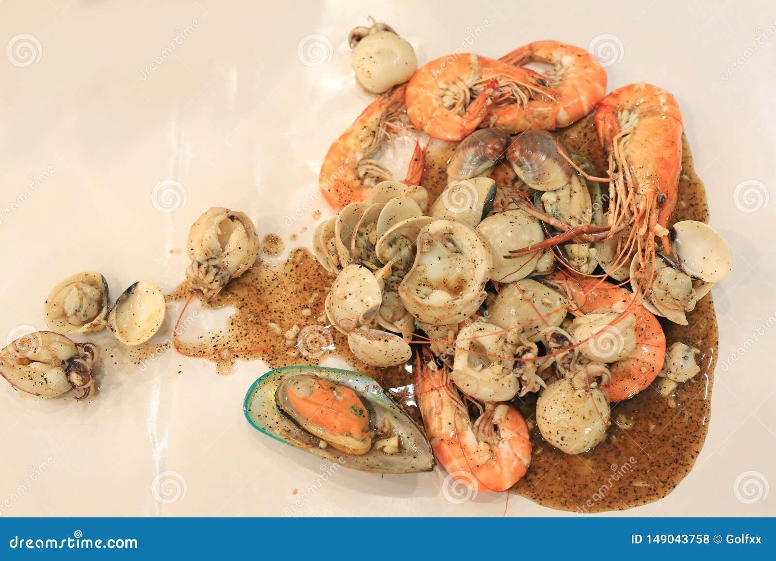 Gamberetto, calamaro e coperture fritti con pepe nero Frutti di mare tailandesi di stile