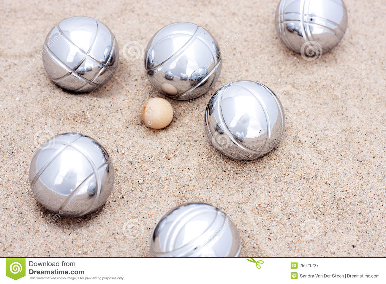 Game of jeu de boule silver metal balls in sand stock for Boule deboule le jeu